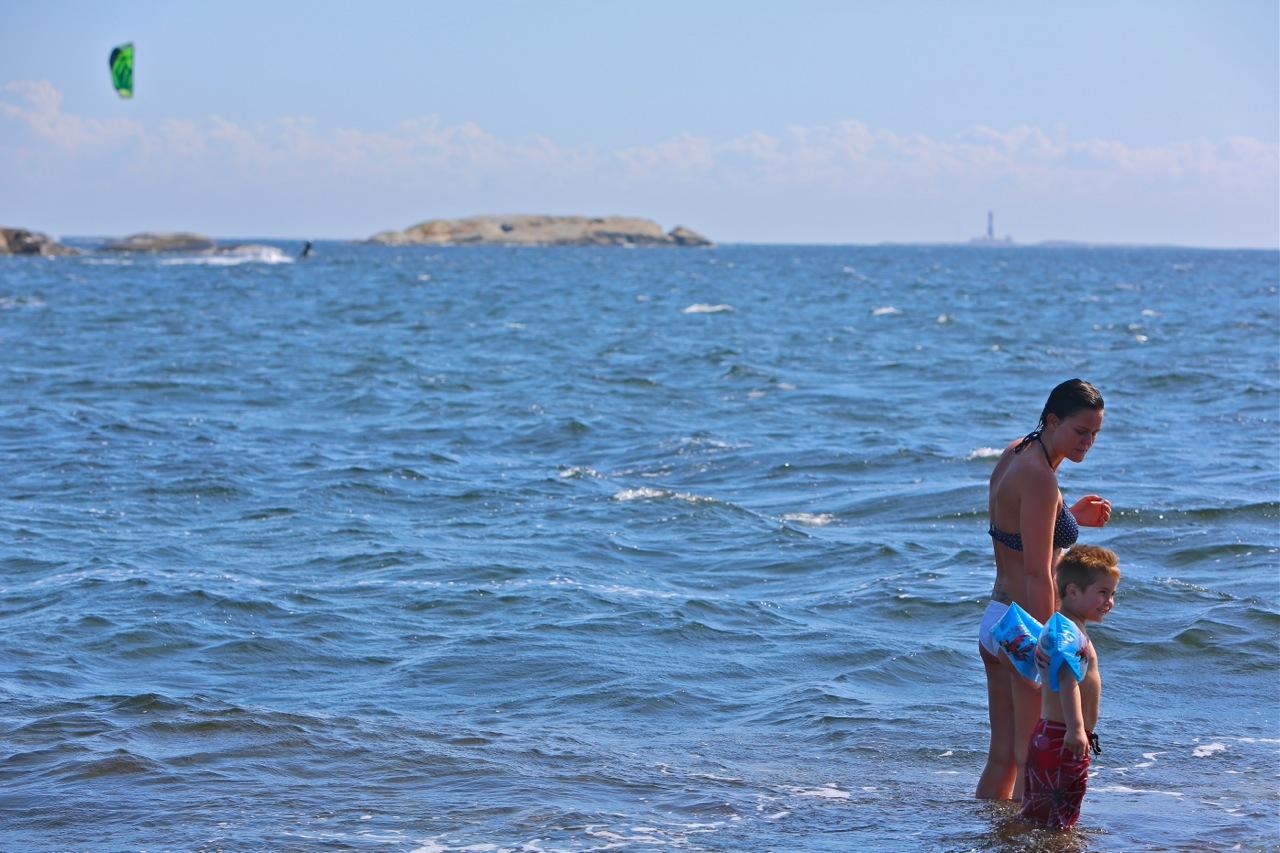Badeklare med kiter i bakgrunnen
