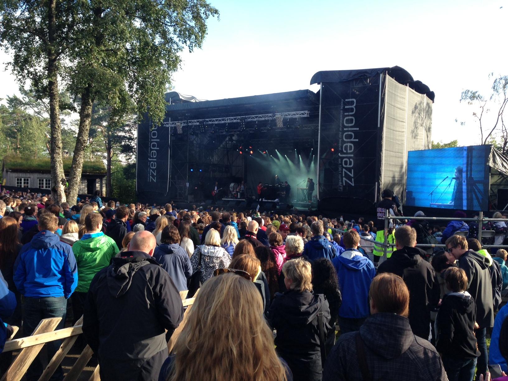 Stor stemning og 6000 gjester på Moldejazzkonserten på Romsdalsmuseet. Det er minst 2000 for lite. I kveld er det en ny sjanse.