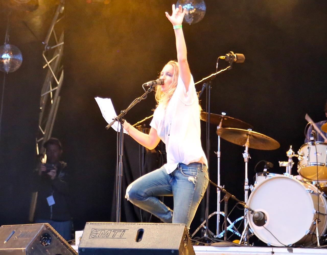 """Lissie synger på norsk - med """"jukselapp"""" :-)"""