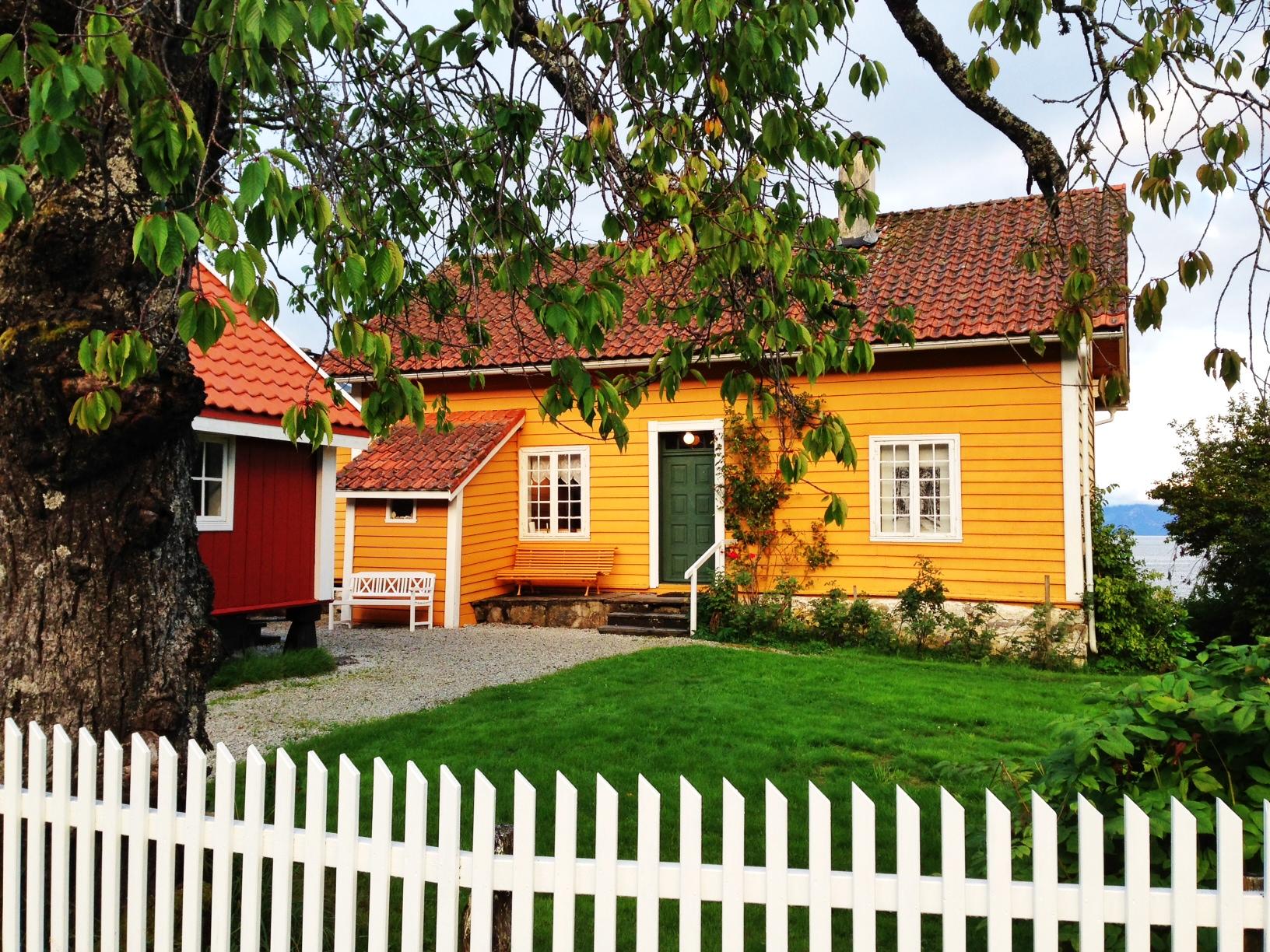 Det er så mange fine hus i Balestrand. Her er ett av dem.