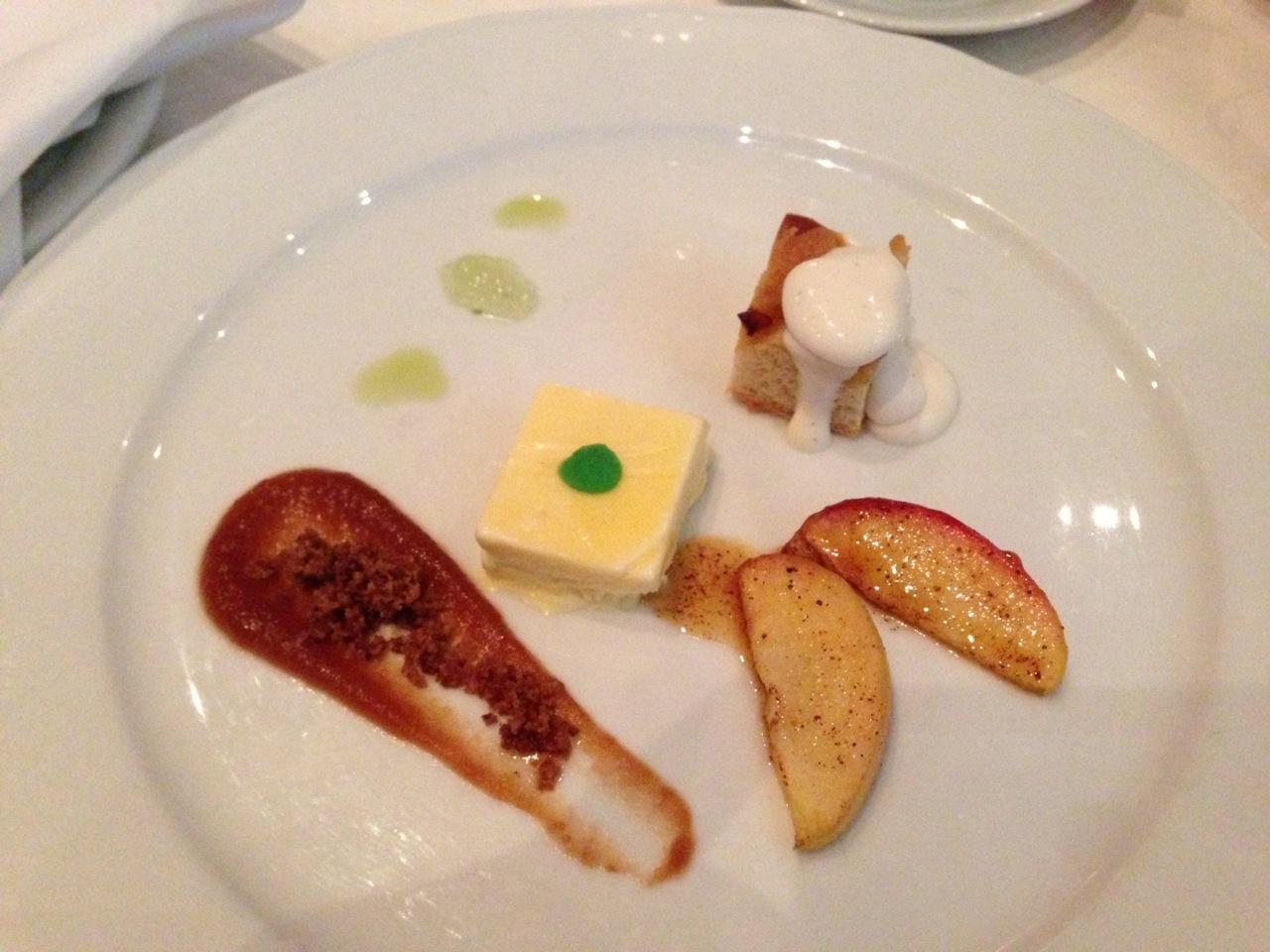 Lokale oster og loka frukt hos Ciderhuset i Balestrand.