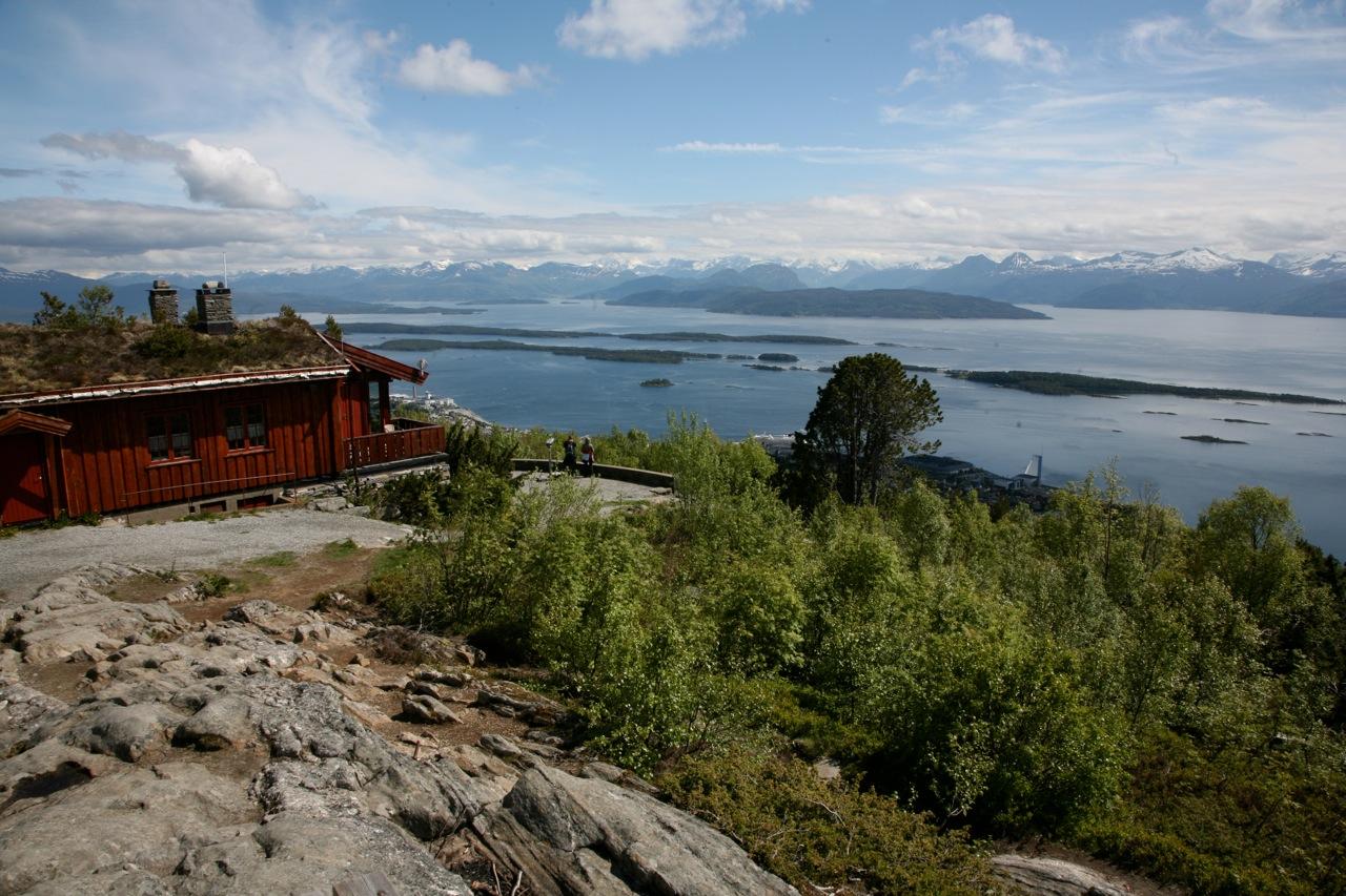 Varden er byfjellet i Molde. Hit kommer cruiseturister uten å legge igjen en krone. Bompenger for cruisebussene burde vært et minimum. Foto: Odd Roar Lange