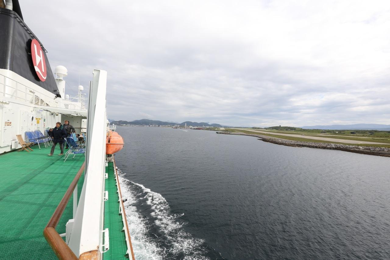 MS Kong Harald på vei inn til Bodø.