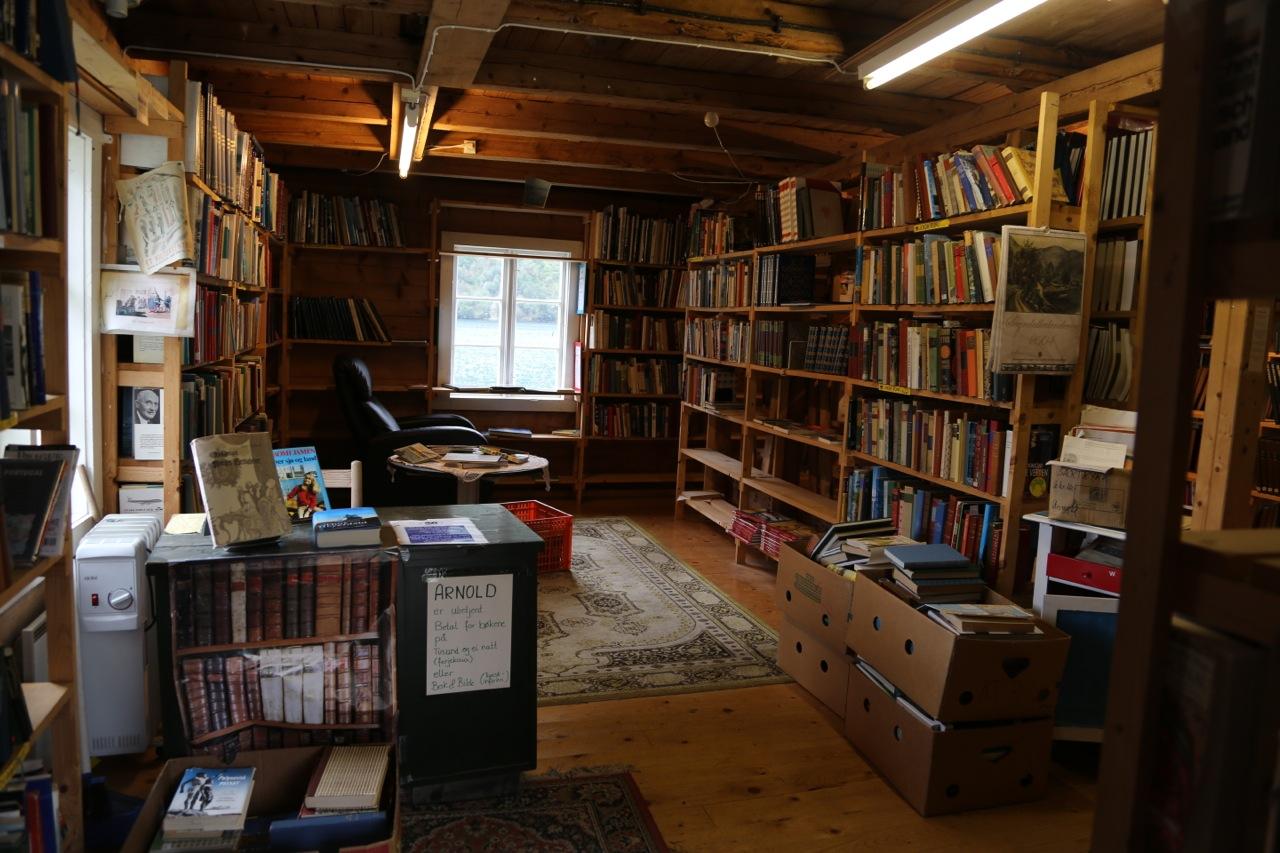 Med bøker på reisen. Foto: Odd Roar Lange