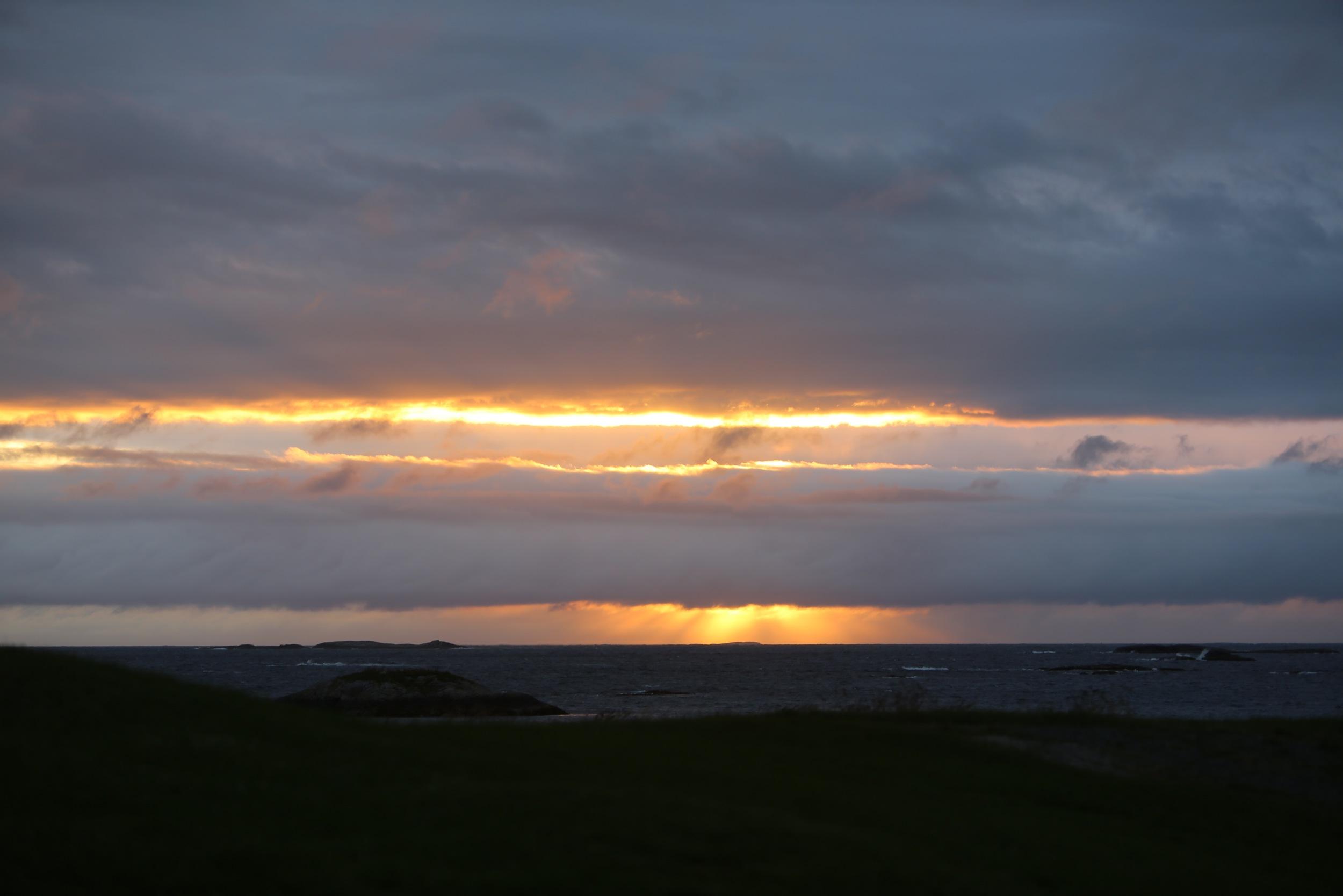 Når solen går ned. Denne dagen er blant de korteste i året. Få med deg øyeblikket når den har sin ende. Gå ut. Ikke se den fra sofaen - men fra fjæresteinene eller fjellet.