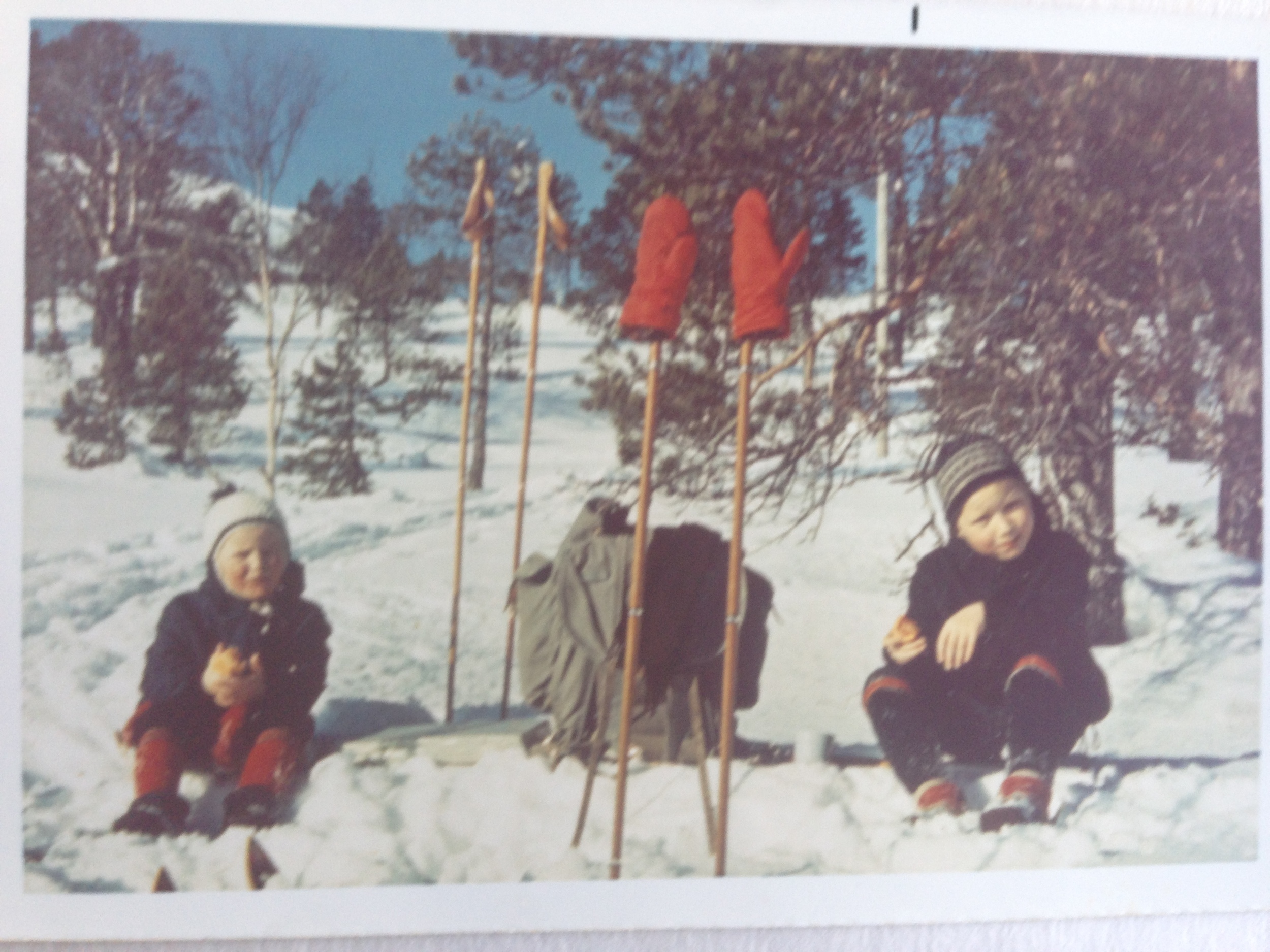 Skitur rundt 1970. Selv om fargene har bleknet så har ikke minnene gjort det. Foto: Per Kristian Lange