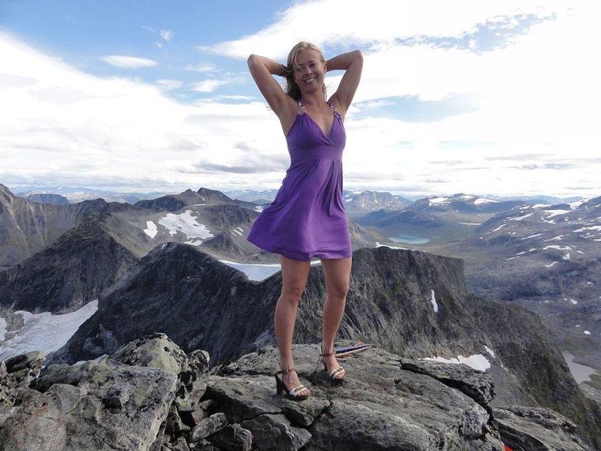 Siv Åshild Malme med pynting på Gjuratind i Romsdalen. Foto: Knut Opdal/Siv Malme