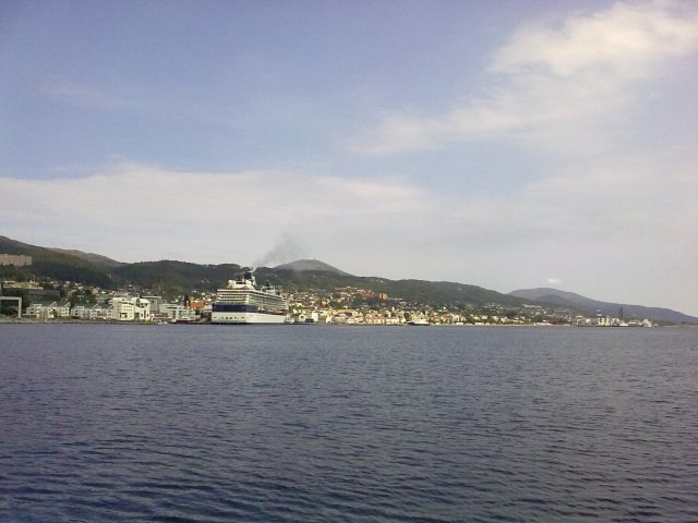 Sommeridyll i Molde. Med cruiseskip på havna. I år blir det altfor få slike - og da snakker jeg om skipsanløpene. Foto: Odd Roar Lange