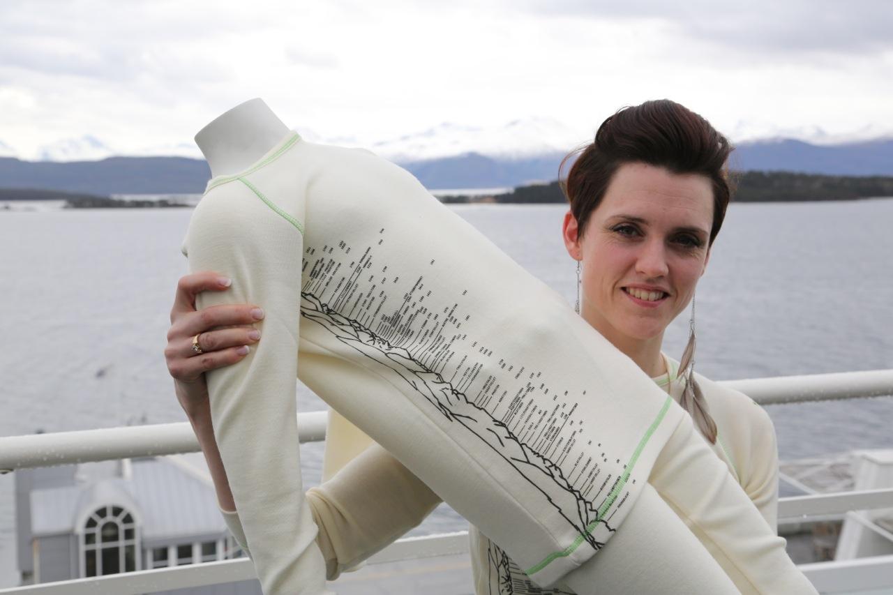 Trude Nistad med den nye panorama-logoen. Jeg tror fokus på Romsdalsalpene kan være akkurat det reiselivs-Molde - og -Romsdal trenger. Foto: Odd Roar Lange