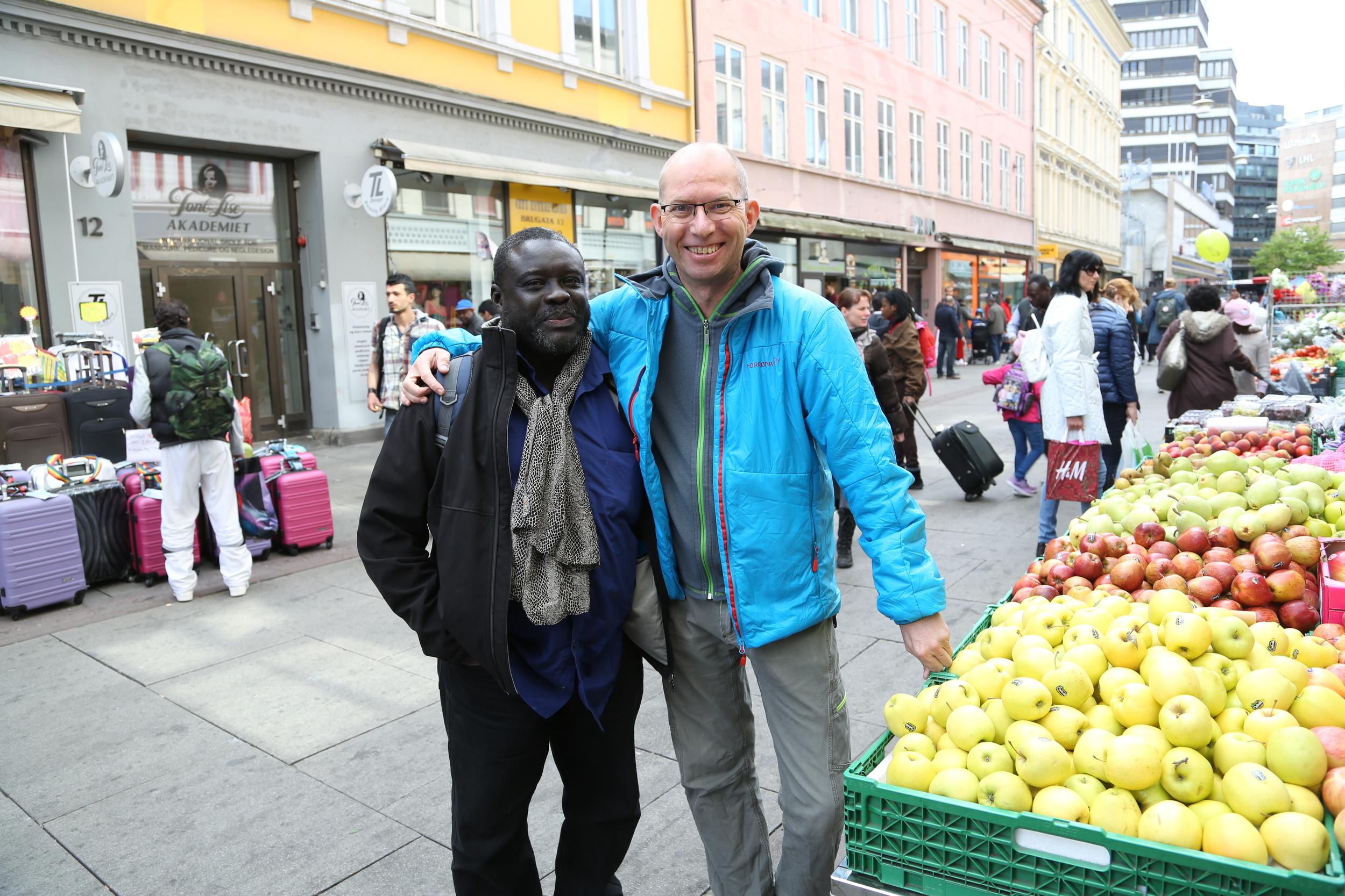 -Jeg er for mørk, sa mannen til venstre. -Nei, det er jeg som er for blek, svarte jeg.  Og så fikk vi begge en god latter - og et hyggelig bilde.