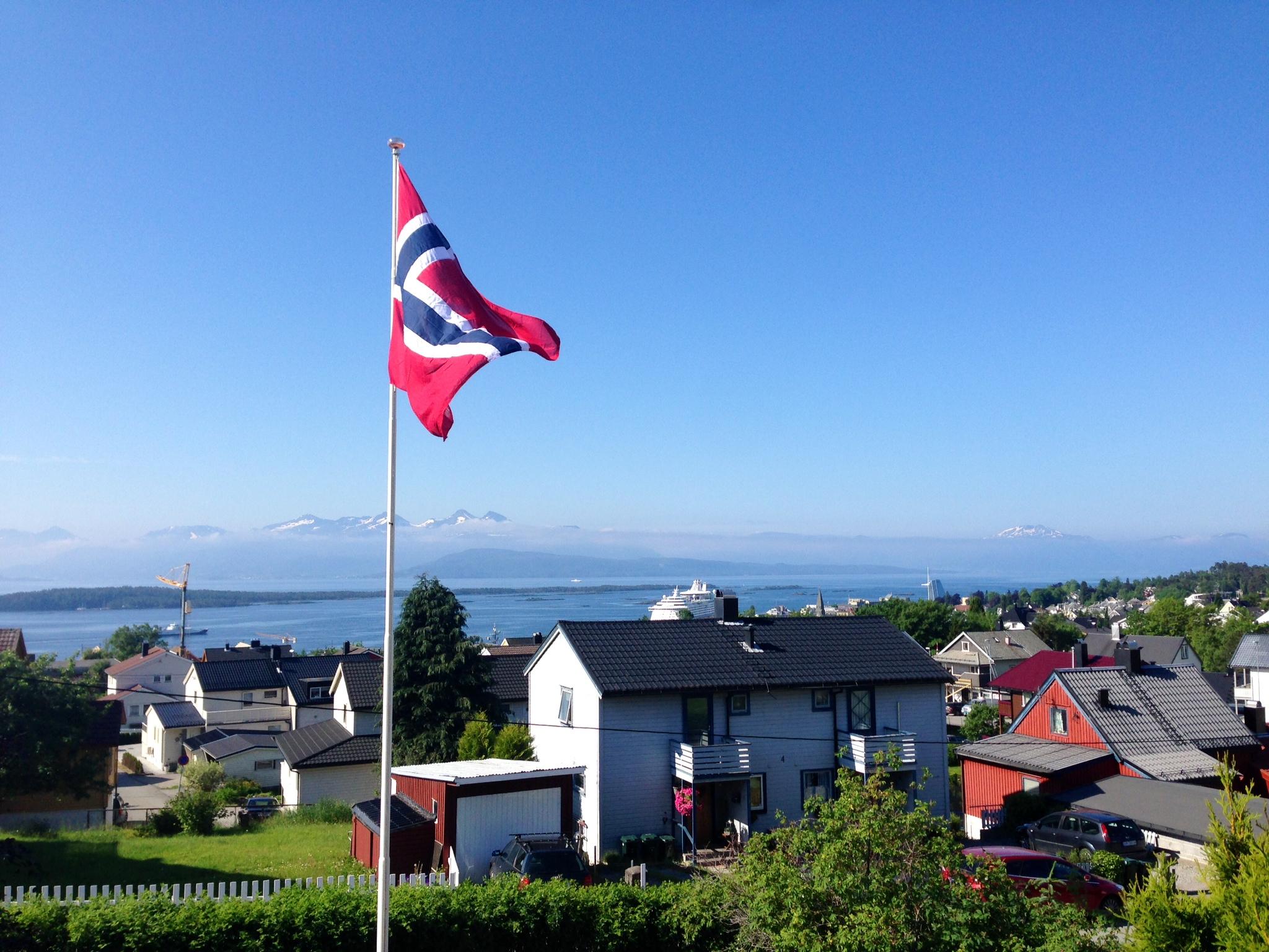 La flaggene vaie i vinden. Men ikke bare det norske. Foto: Odd Roar Lange