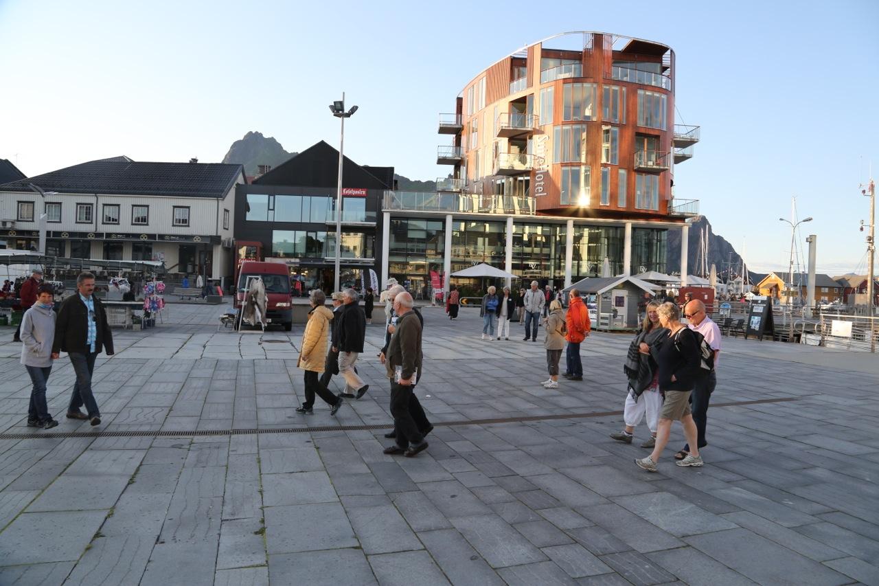 Turistene toger forbi hotellene i Svolvær.  Foto: Odd Roar Lange