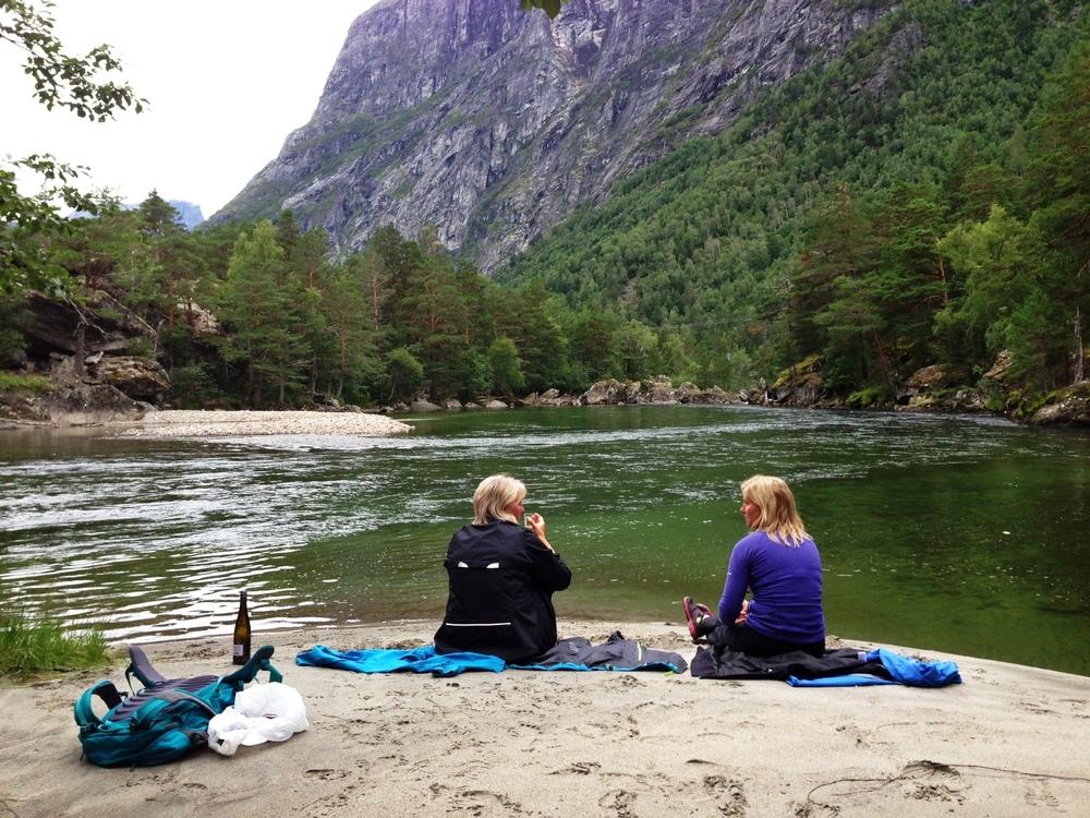 Ta en rusletur ned til Rauma elv. Nyt livet og en flaske vin. Foto: Odd Roar Lange
