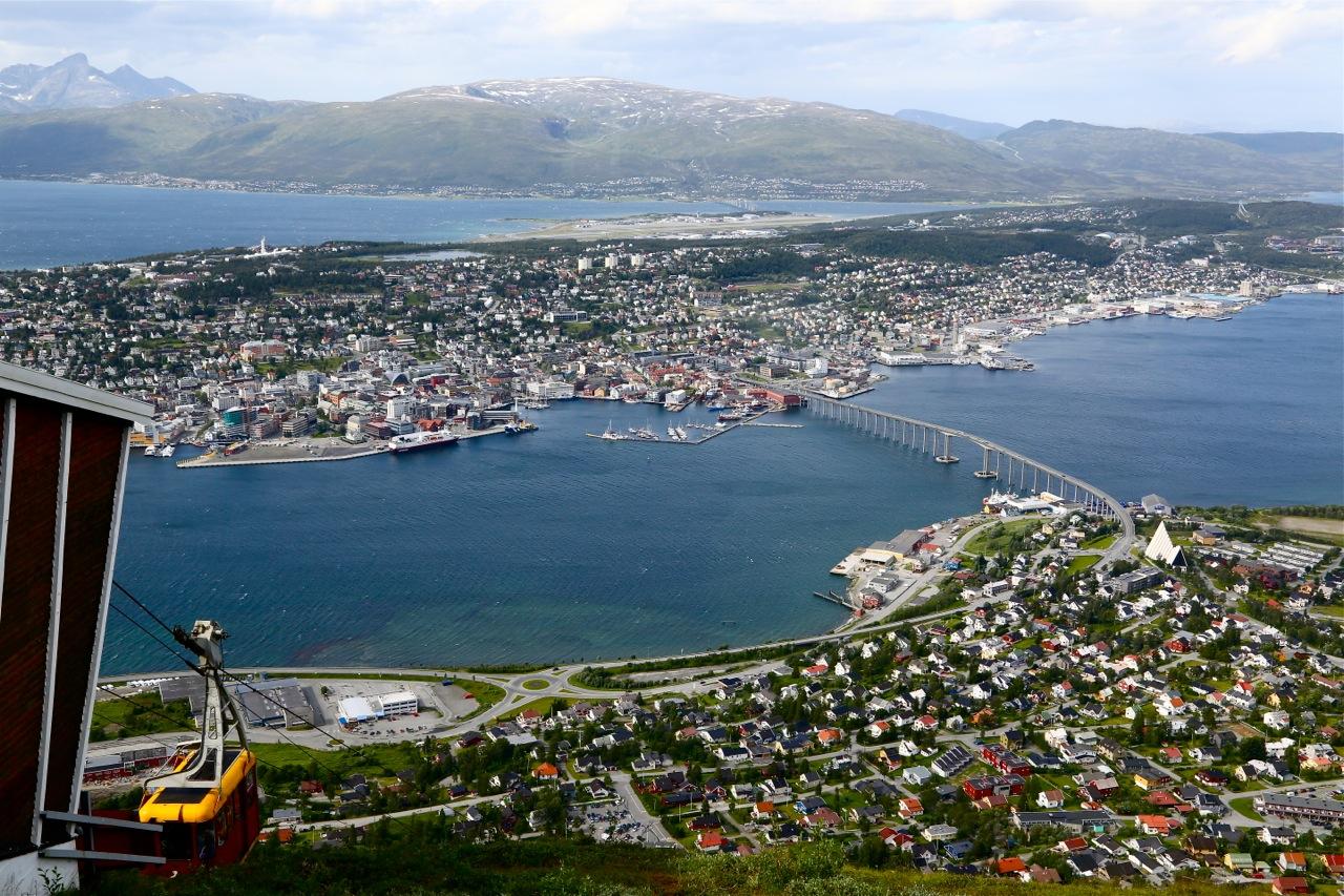 Fjellheisen i Tromsø kan du ta begge veier, eller du kan ta heisen opp og gå end (de spreke går begge veier) Foto: Odd Roar Lange