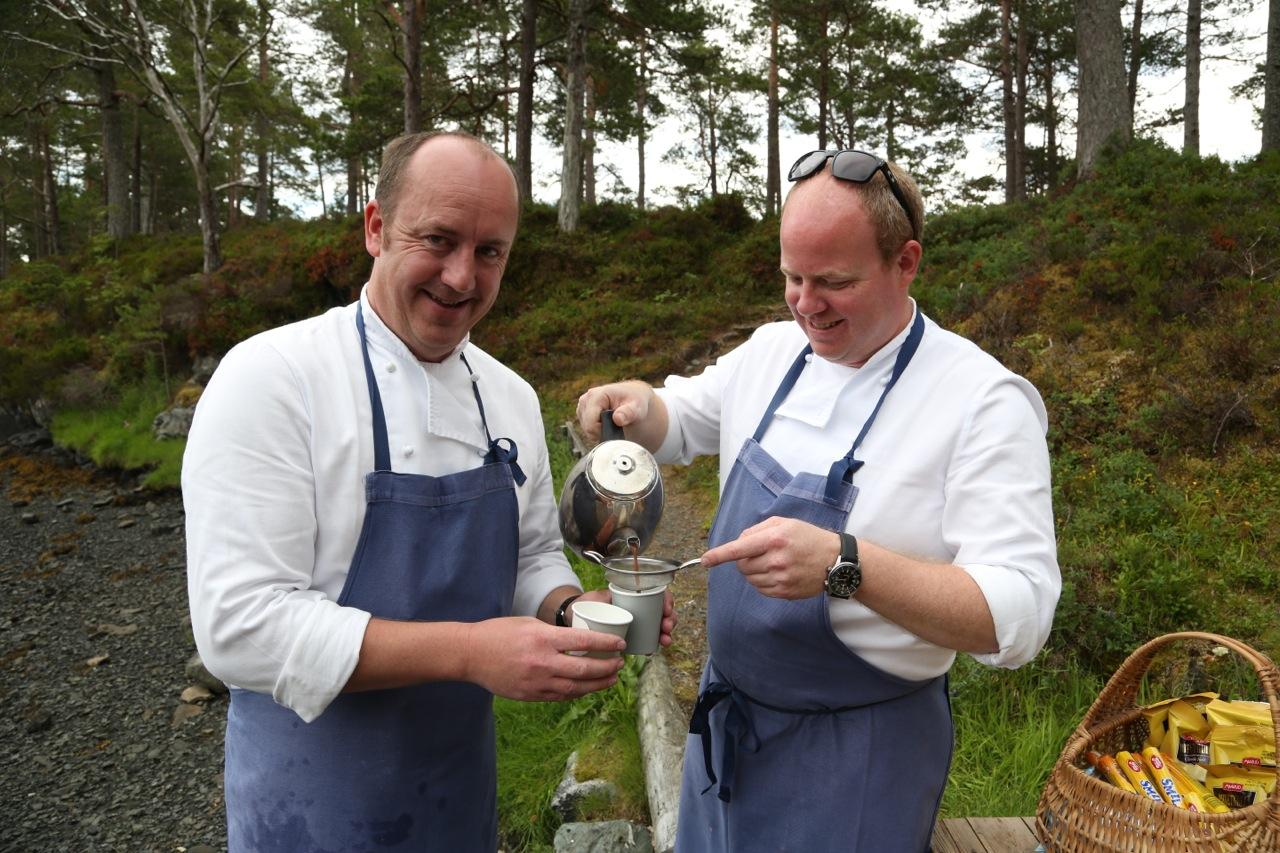 Det er servert. Olav Kåre Jørgensen og Stian Røsand er på plass på Hjertøya i Molde.