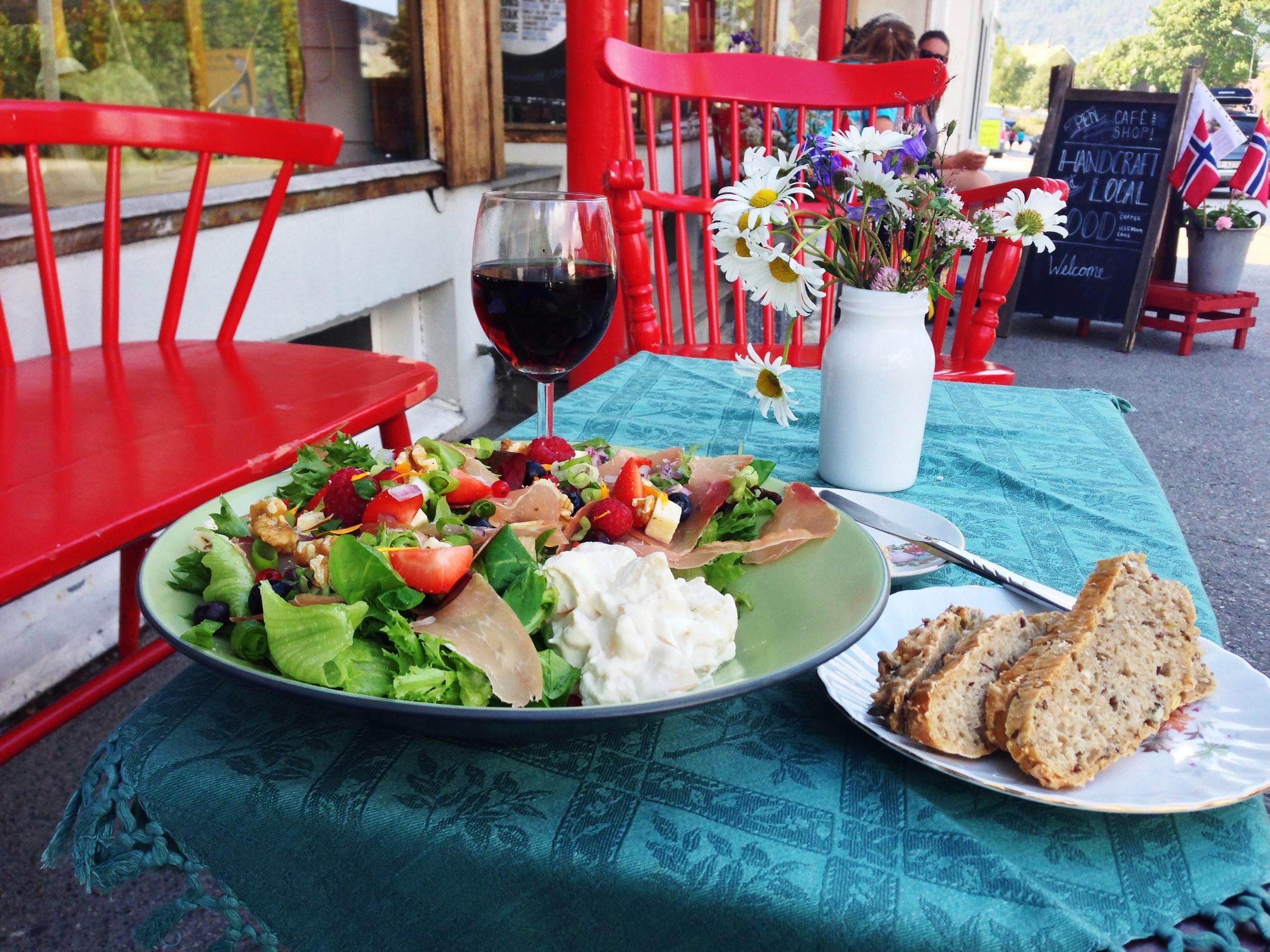 Denne salaten inneholder både blåbær, jordbær, bringebær, fetaost, skinke og mye annet snadder. Foto: Odd Roar Lange