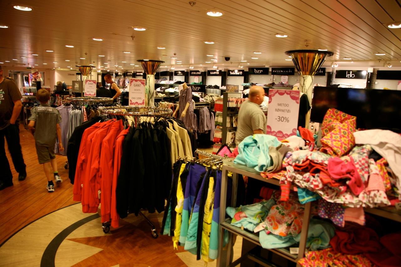Mange velger å gjøre litt av shoppingen om bord på skipet. Men også i København by kan du gjøre mange gode sommerkupp. Foto: Odd Roar Lange