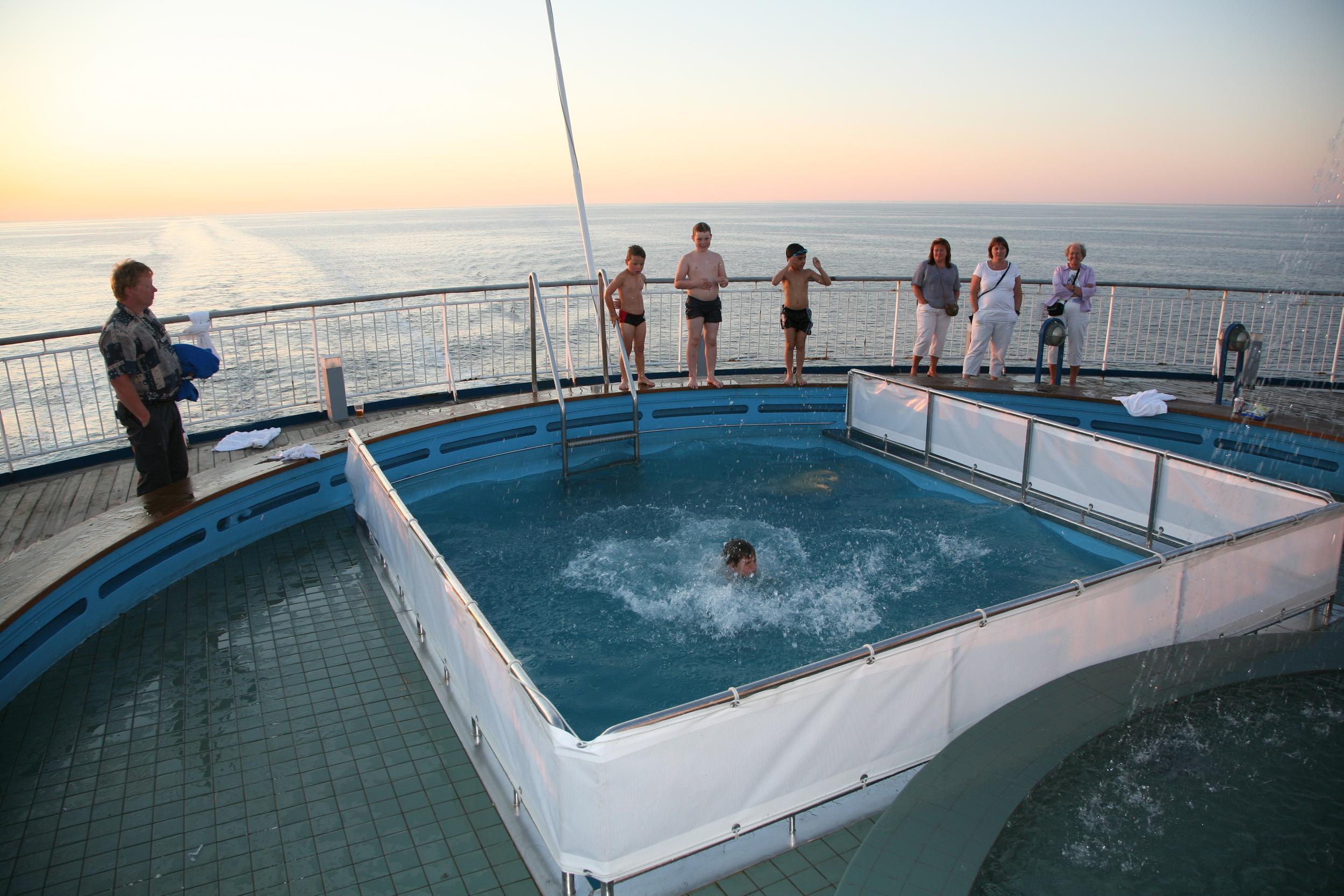 Hopp i vannet - om bord, riktignok :-) Foto: Odd Roar Lange