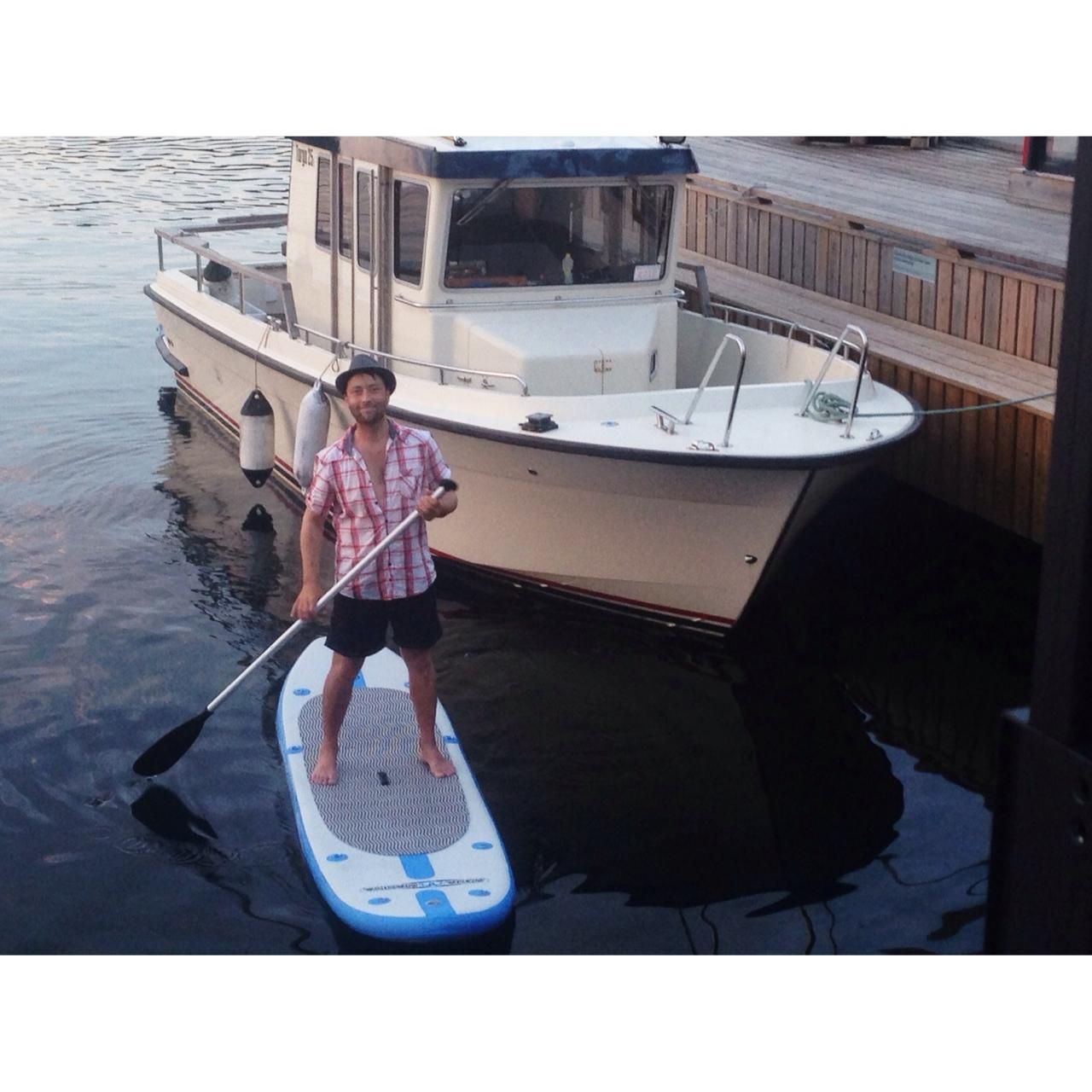 Noen kommer sjøvegen, som stand up padlere.