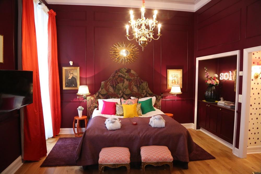 Klart du skal ha badekåpe når du bor i en suite.                  Foto: Odd Roar Lange