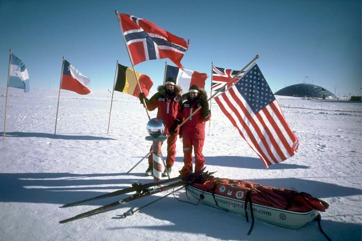 Liv Arnesen og Ann Bancroft på Sørpolpunktet. Foto: Yourexpedition.com
