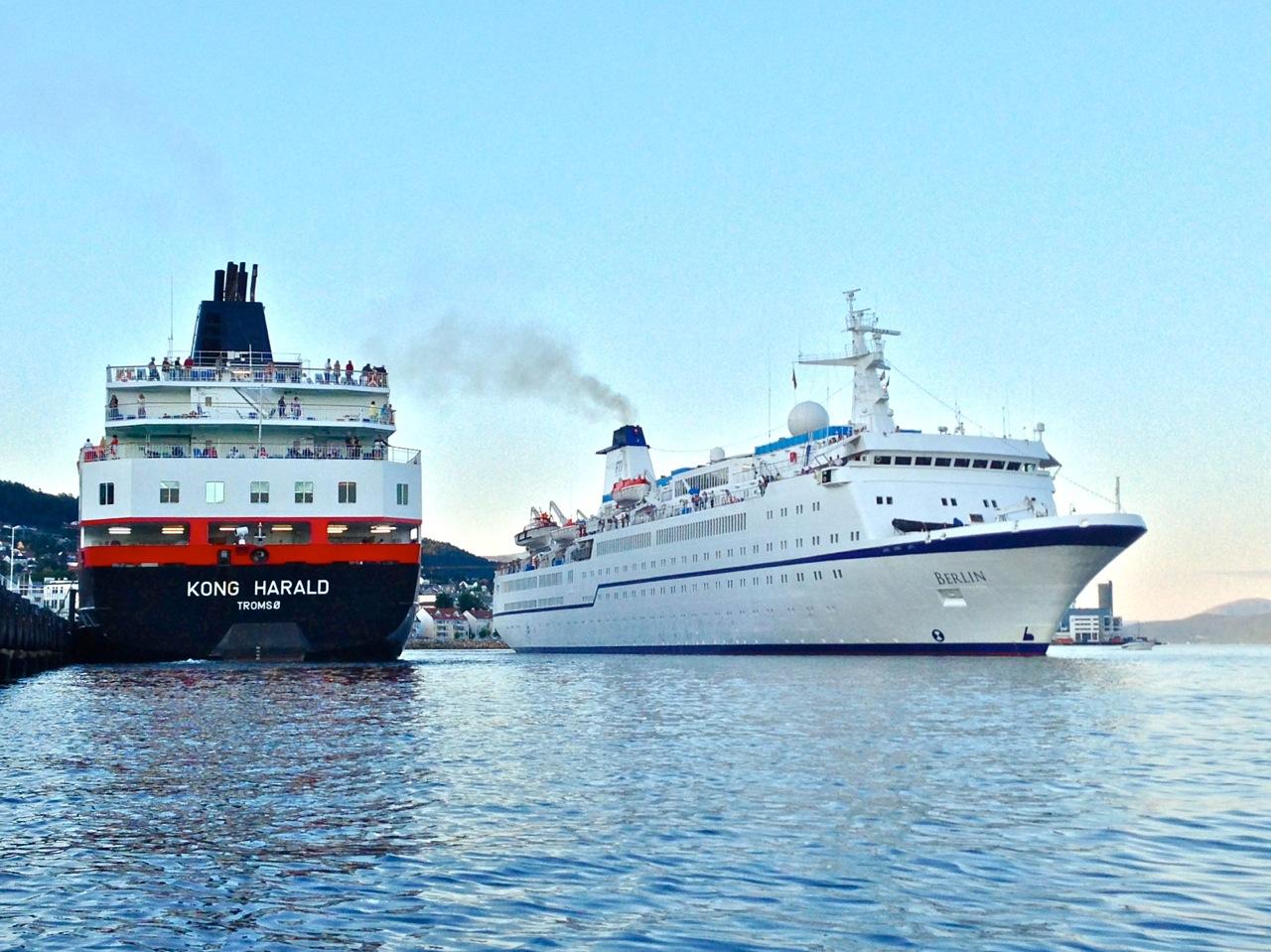 """Hurtigrutepassasjeren og cruisepassasjerene forurenser mindre enn flypassasjeren. Men skal vi jakte på flere av cruisegjestene? Jeg synes ikke det. Utslippskravene må skjerpes, og inntektene økes. Det vil trolig fjerne problemene med """"overfylte"""" fjorder. Foto: Odd Roar Lange"""