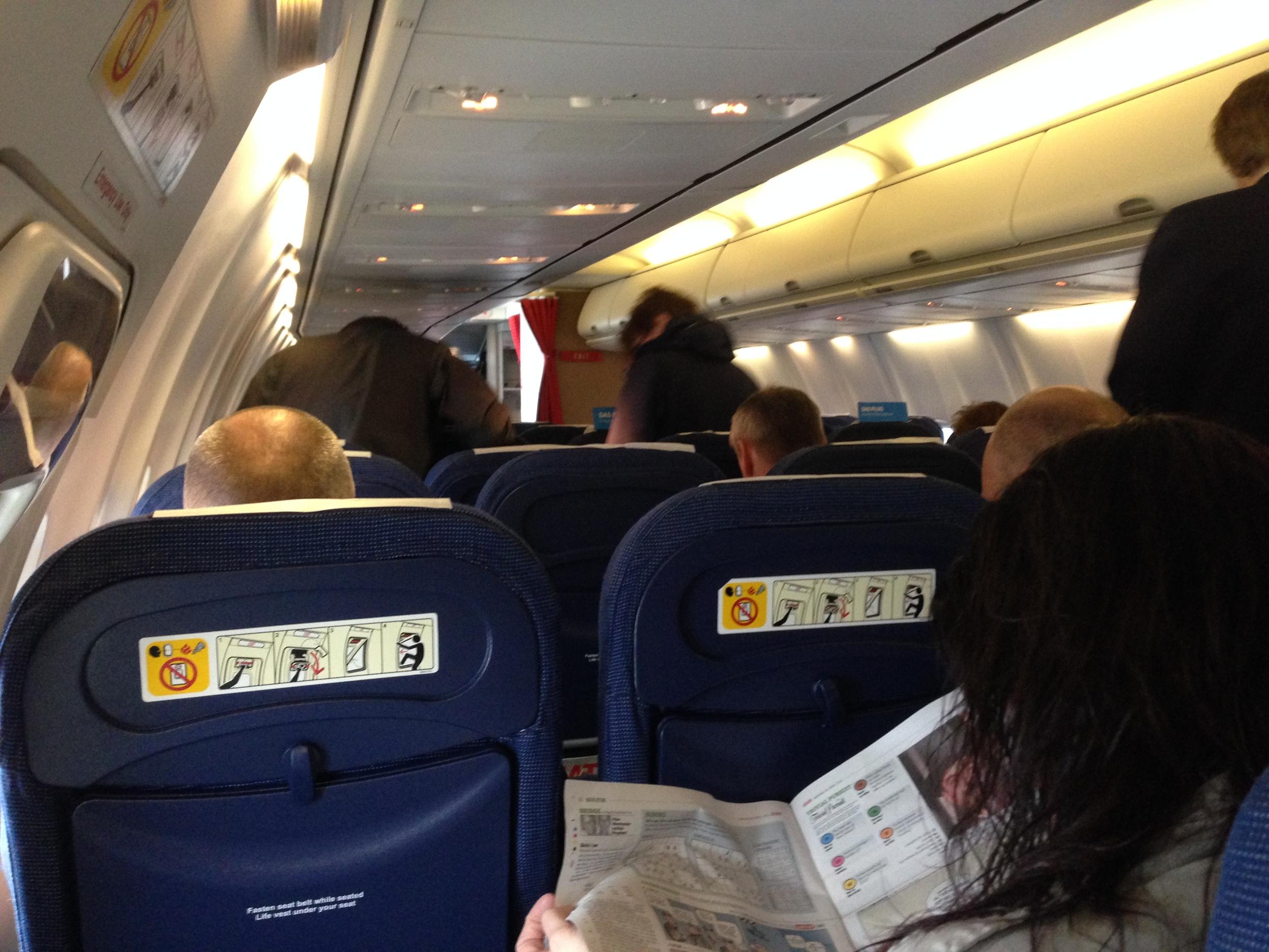 Det suser i flyet. Det er stille i ørene. Foto: Odd Roar Lange
