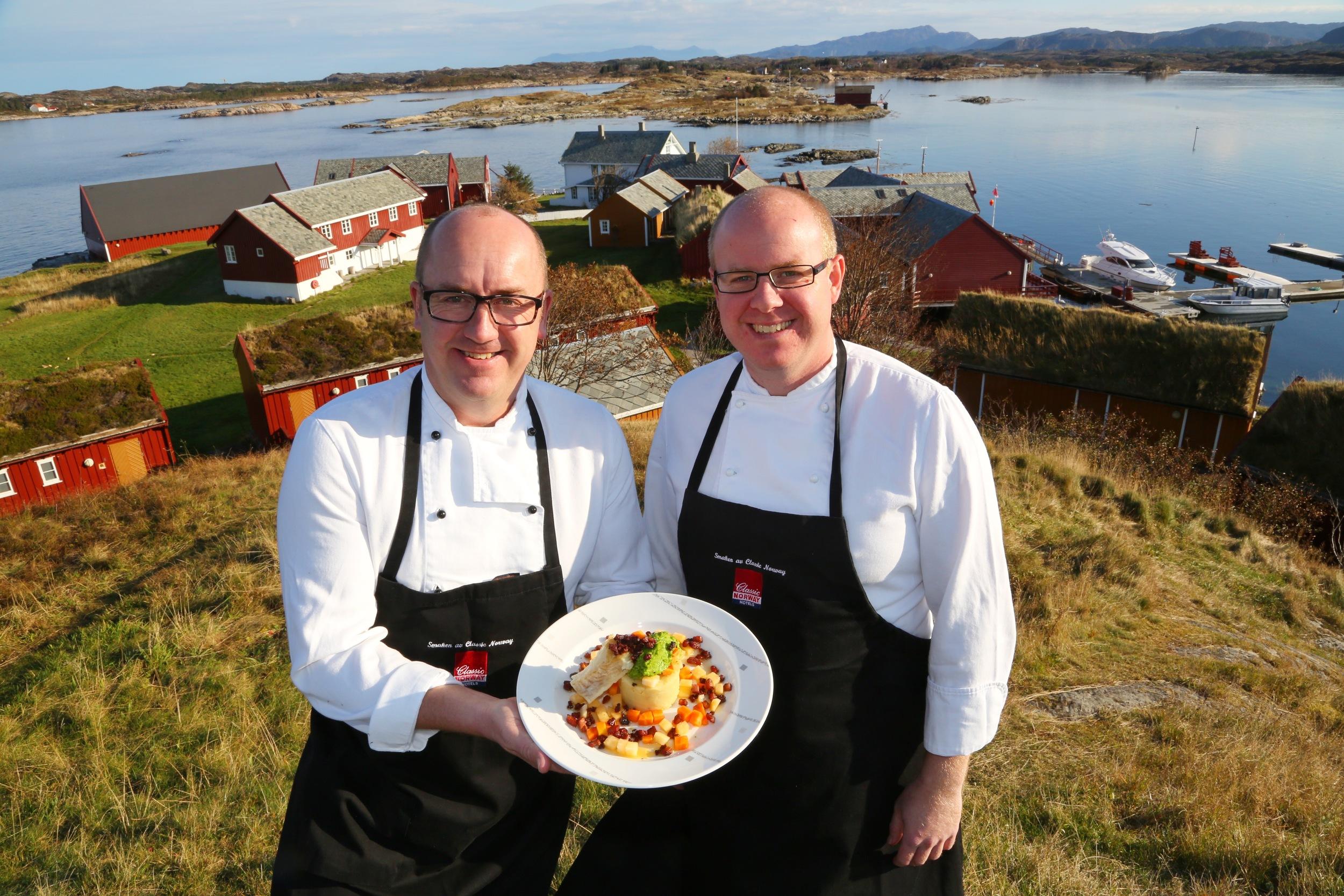 Olav Kåre Jørgensen (tv) og Stian Røsand med væreierens klippfiskrygg. Foto: Odd Roar Lange