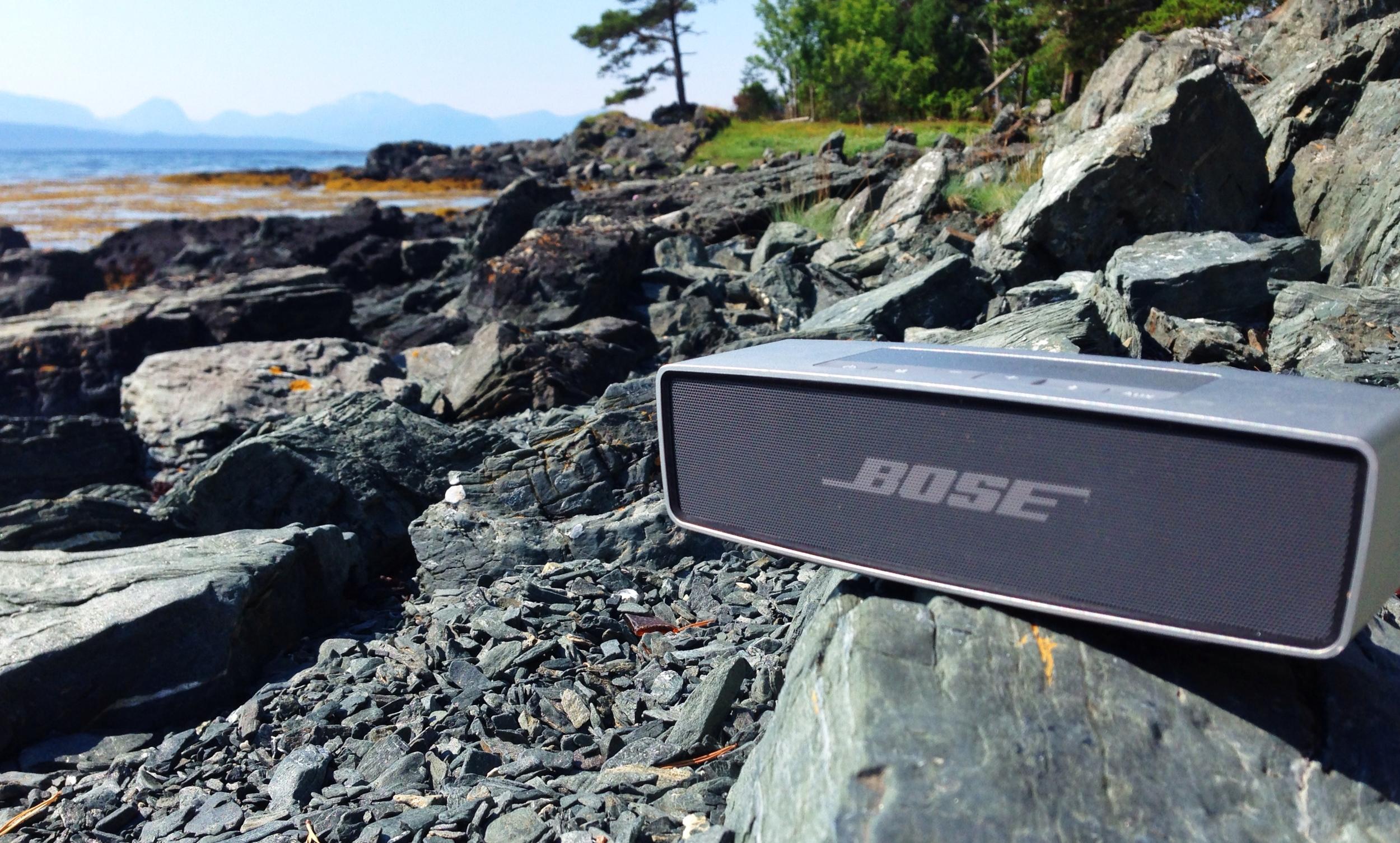 Bose Soundlink Mini er testet i flere måneder. Resultatet er svært oppløftende. Dette kan bli årets julegave til en du er glad i - eller selvsagt til deg selv.  Foto: Odd Roar Lange