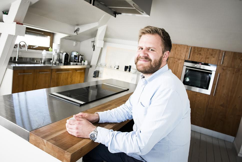 Even Heggernes er norsk sjef for Airbnb. Han har bodd i flere airbnb-leiligheter enn de aller fleste. Foto: