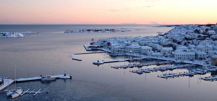 Søslandsbyene - her Risør - er vakre også i vinterlys. Foto:  Maria Aspesæter/Visitsørlandet