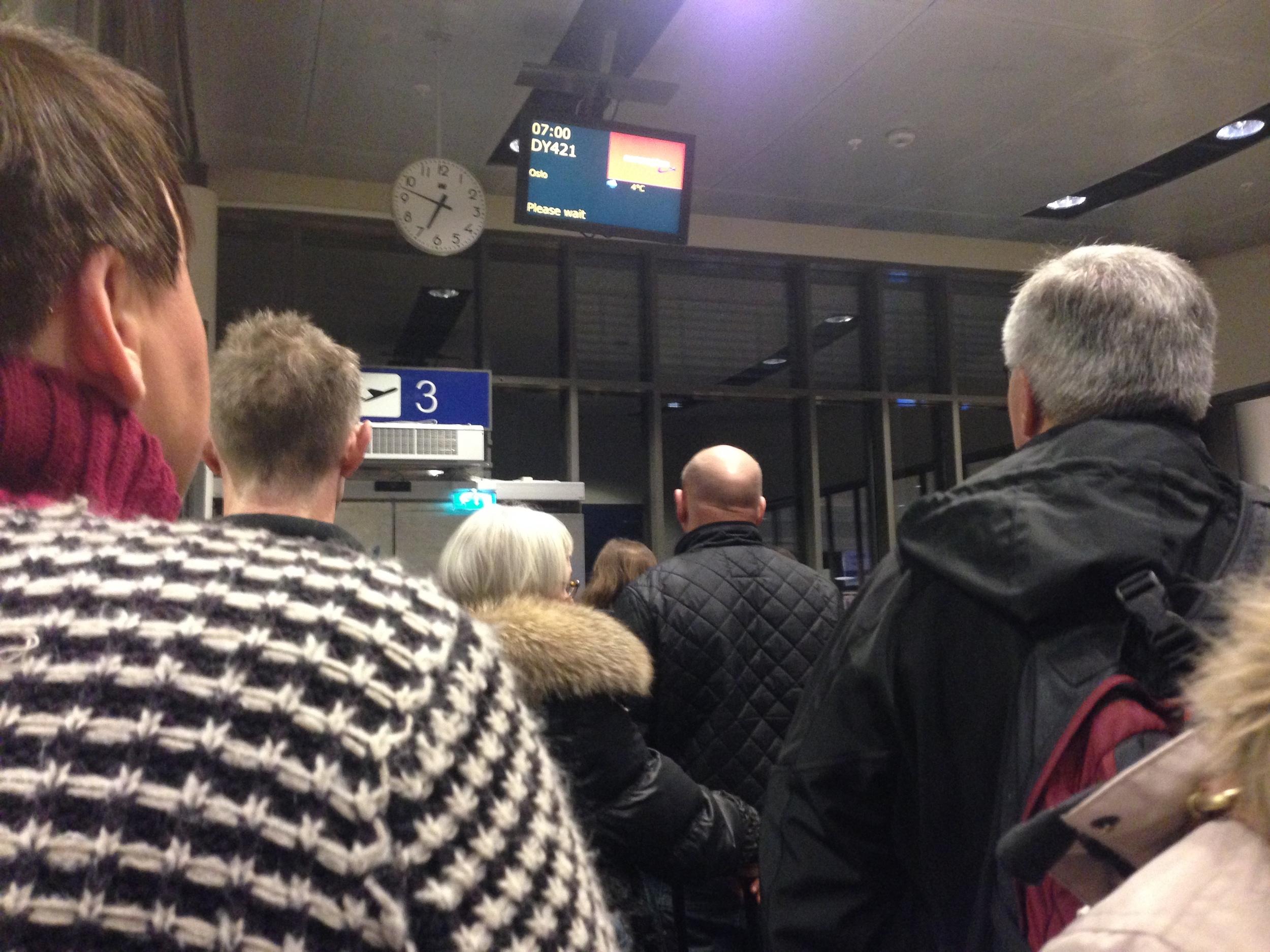 Unødvendig frustrasjon. Når du venter, venter og venter. Både på flyet - og informasjonen. Foto: Odd Roar Lange