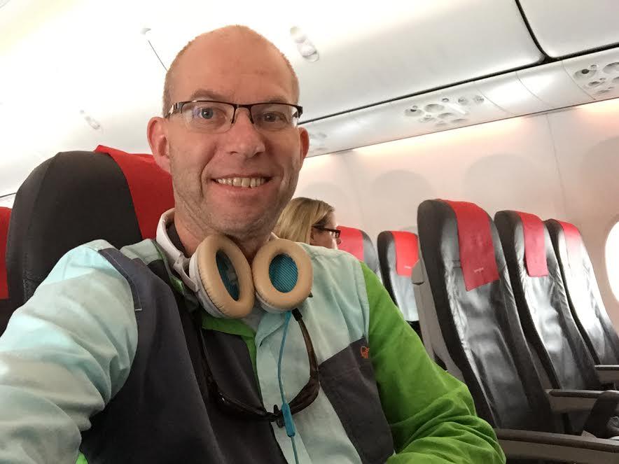 Det beste når flystøyen blir for plagsom - på med hodetelefone. Foto: Odd Roar Lange