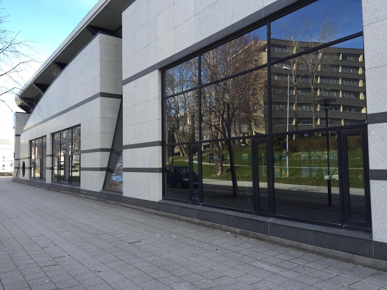 Lokalene innenfor vinduene pusses i disse dager opp. De bør bli fotballmuseum. Foto: Odd Roar Lange