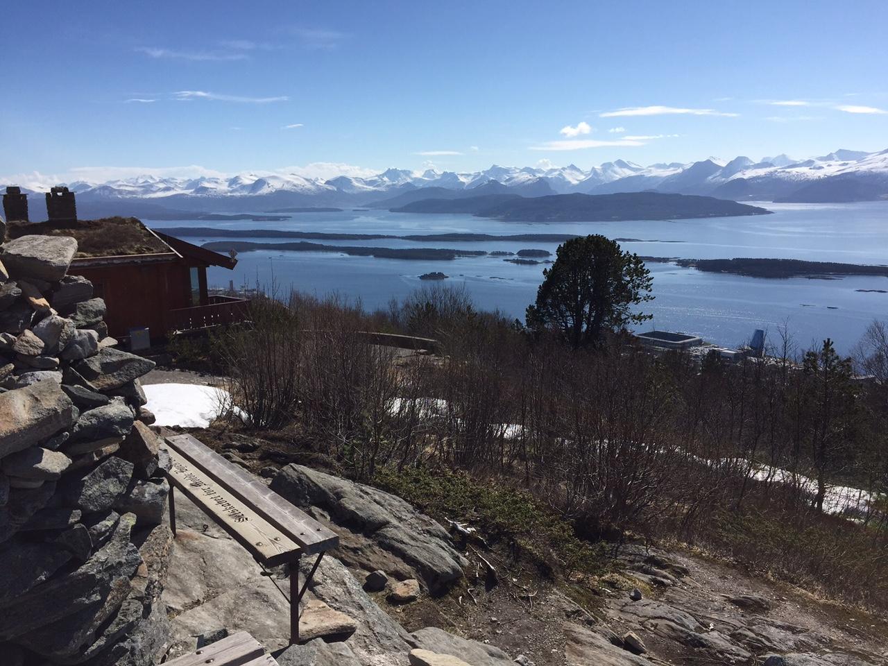 Dette er utsikten fra Moldes byfjell Varden. Der nede kan du se Aker stadion. Foto: Odd Roar Lange