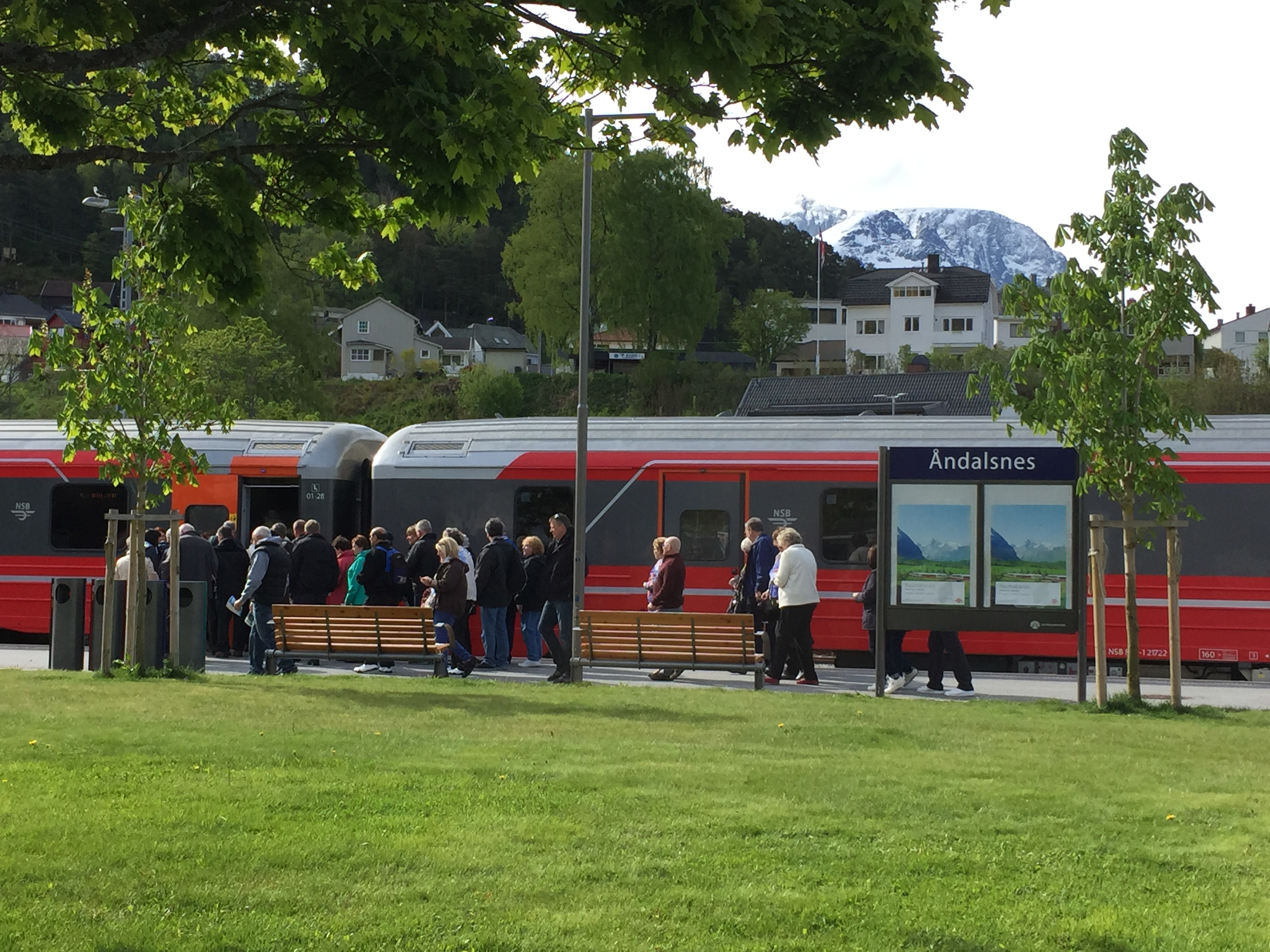 Turister klare for tur på Raumabanen. Foto: Odd Roar Lange