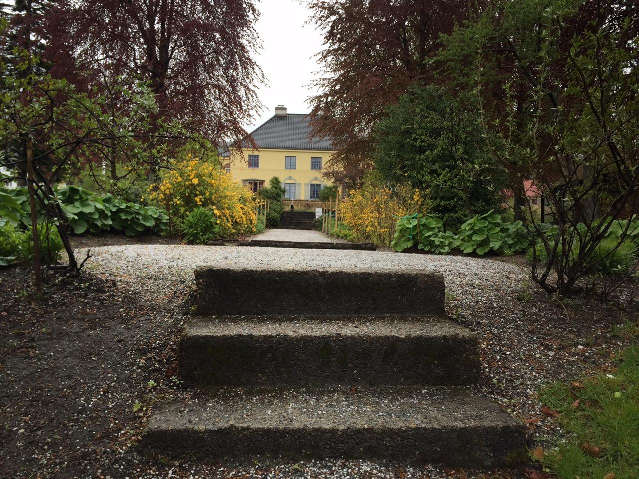 Følg hagestien opp til Chateauet