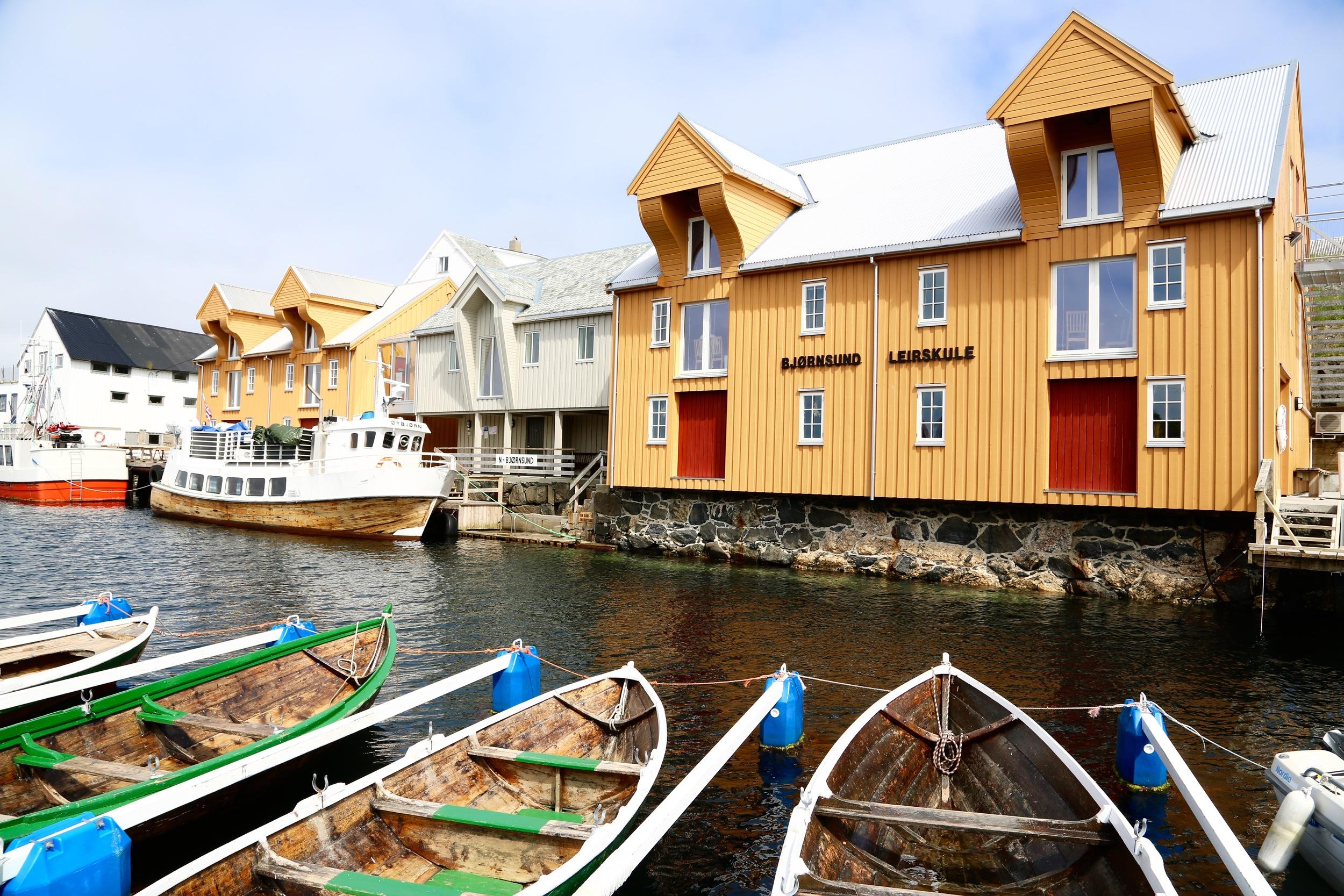 Her kan du leie rom, og du kan også leie robåt for et døgn. 250 kr per seng, 200 for en robåt. Foto: Odd Roar Lange