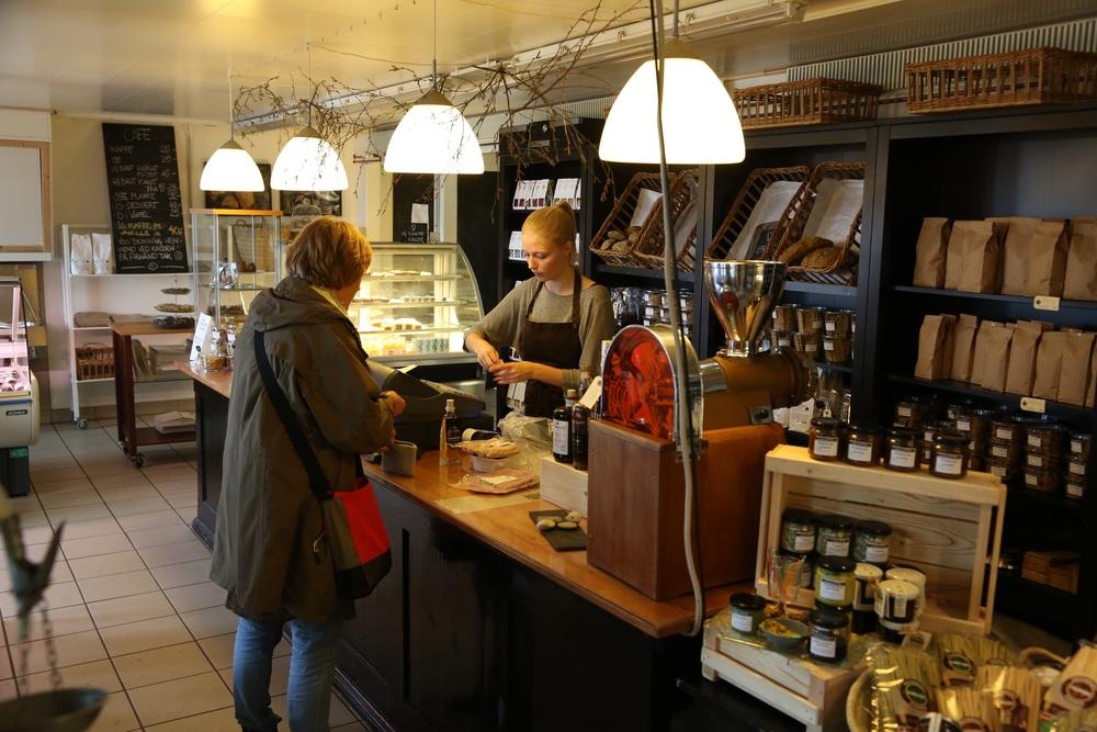 Vestkystens Gårdsbutik og Landkjøkken. Ta deg god tid, la deg friste av smaksprøvene. Foto: Odd Roar Lange