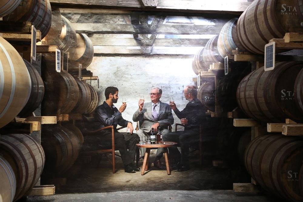 Den danske prinsgemalen har besøkt Stauning Whisky, og dette blidet ble tatt. I dag er det på veggen i rommet med alle whiskyfatene. Foto: Odd Roar Lange