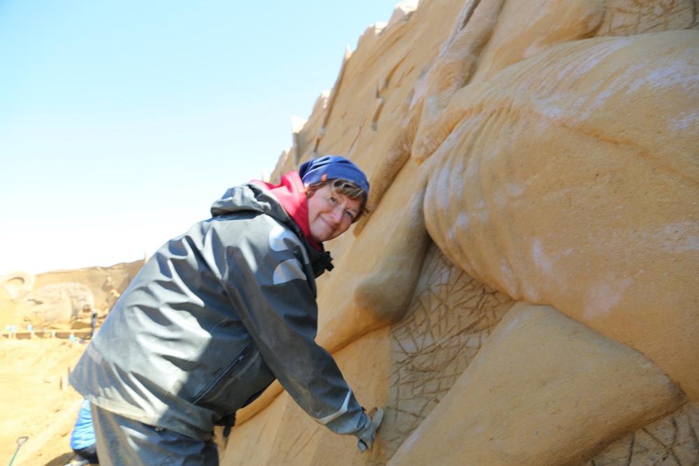En av dem som kommer hit for å lage sin kunst i sand er norske Elisabeth Kristensen fra Kautokeino. Foto: Odd Roar Lange