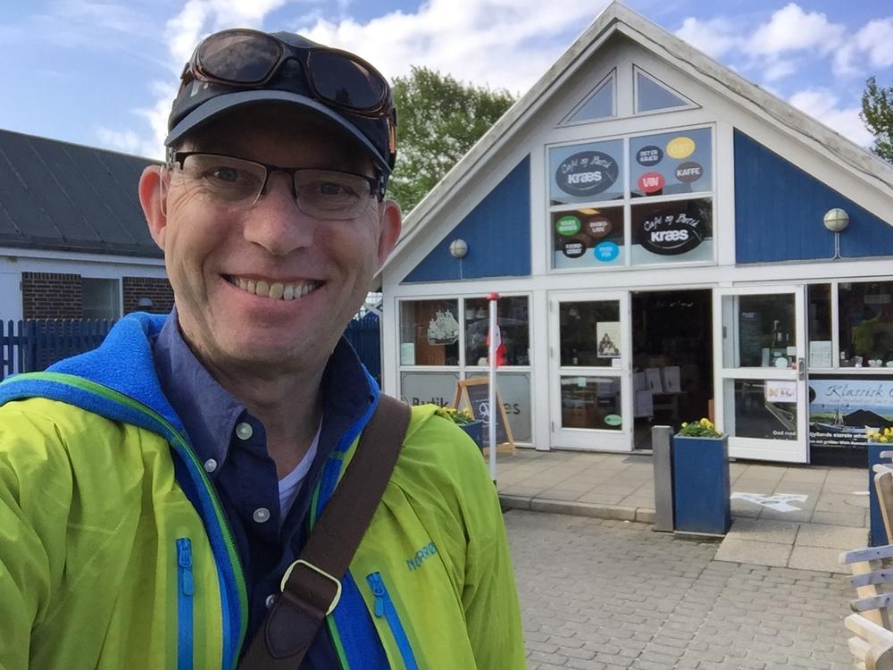 Utenfor Cafè og butikken Kræs i Ringkøbing. Foto: Odd Roar Lange