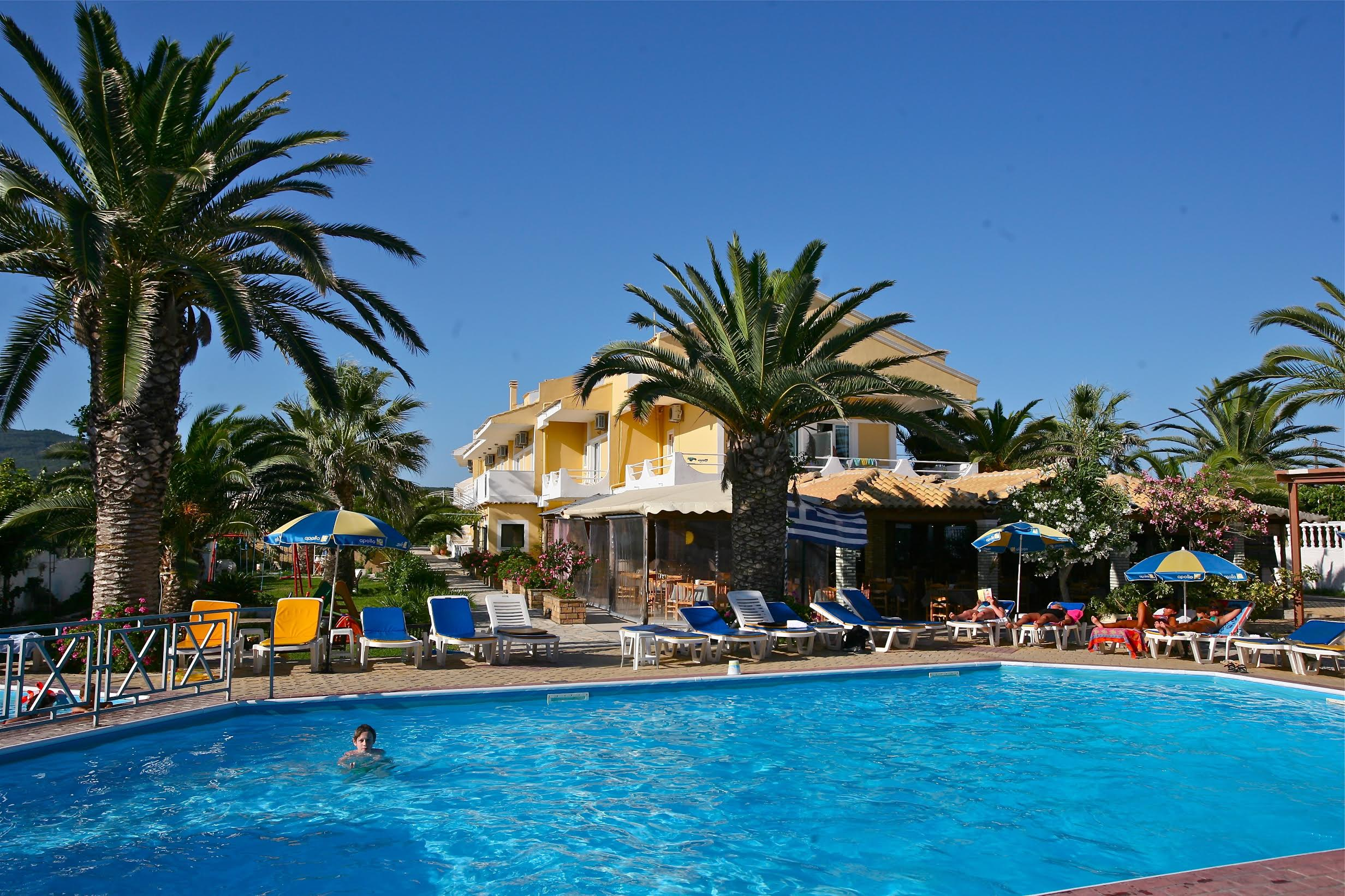 20070625 Korfu Barn som bader i basseng i syden