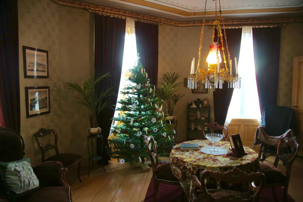 """Jul - fra Nora og Helmer og """"Et dukkehjem"""" i OBOS-gården på Folkemuseet. Foto: Odd Roar Lange"""