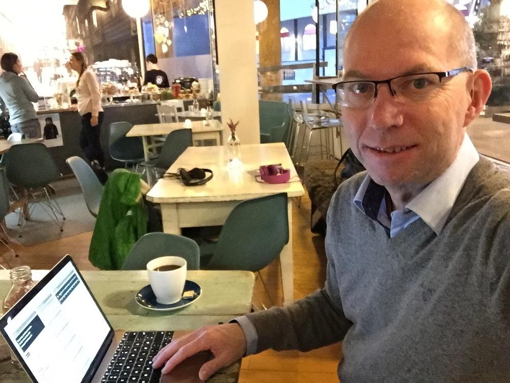 Ute på jobb. Her på kafe i Tromsø.                               Foto: Odd Roar Lange