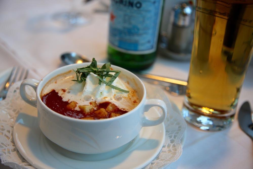 Gjør klart for deilig, varm tomatsuppe.          Foto: Odd Roar Lange