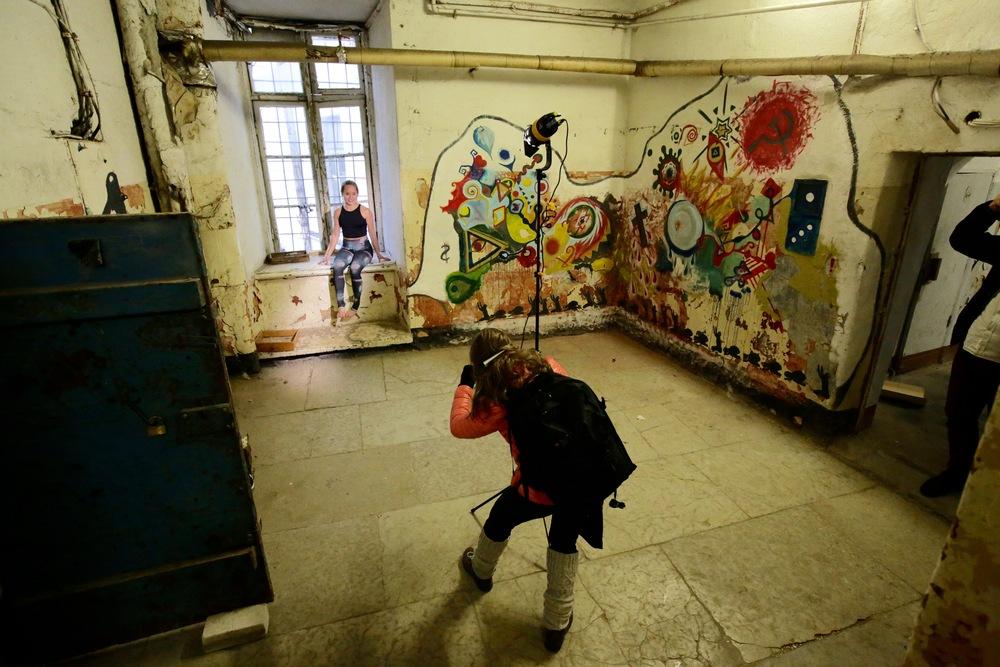 Tiina Puputti er en av Finlands mest kjente fotografer. Her fotograferer hun i Patarei Prison i Tallinn.        Foto: Odd Roar Lange