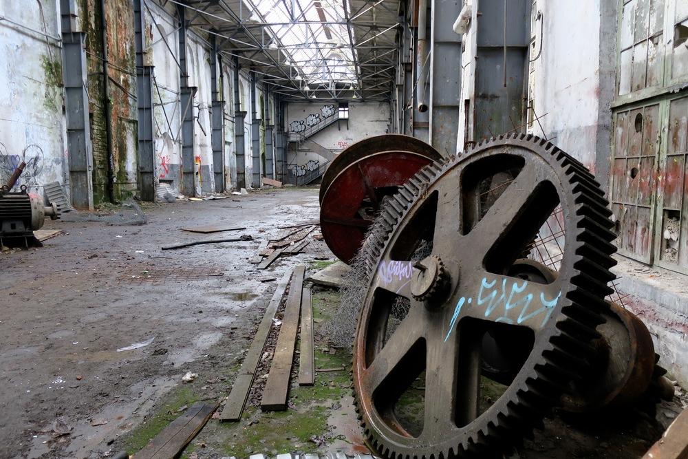 Rått og vakkert i det nedlagte skipsverftet. Gå nært inn på motivet.      Foto: Odd Roar Lange