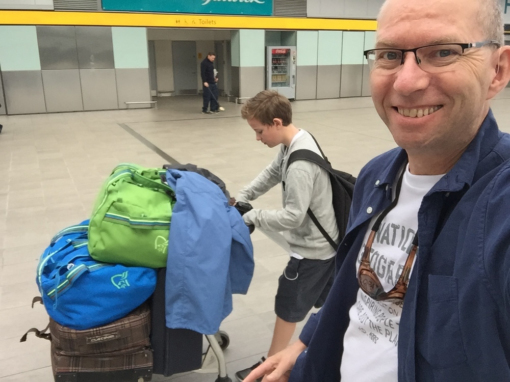 Full bagasjetralle. Klarer vi å holde oss under vektgrensen?                             Foto: Odd Roar Lange