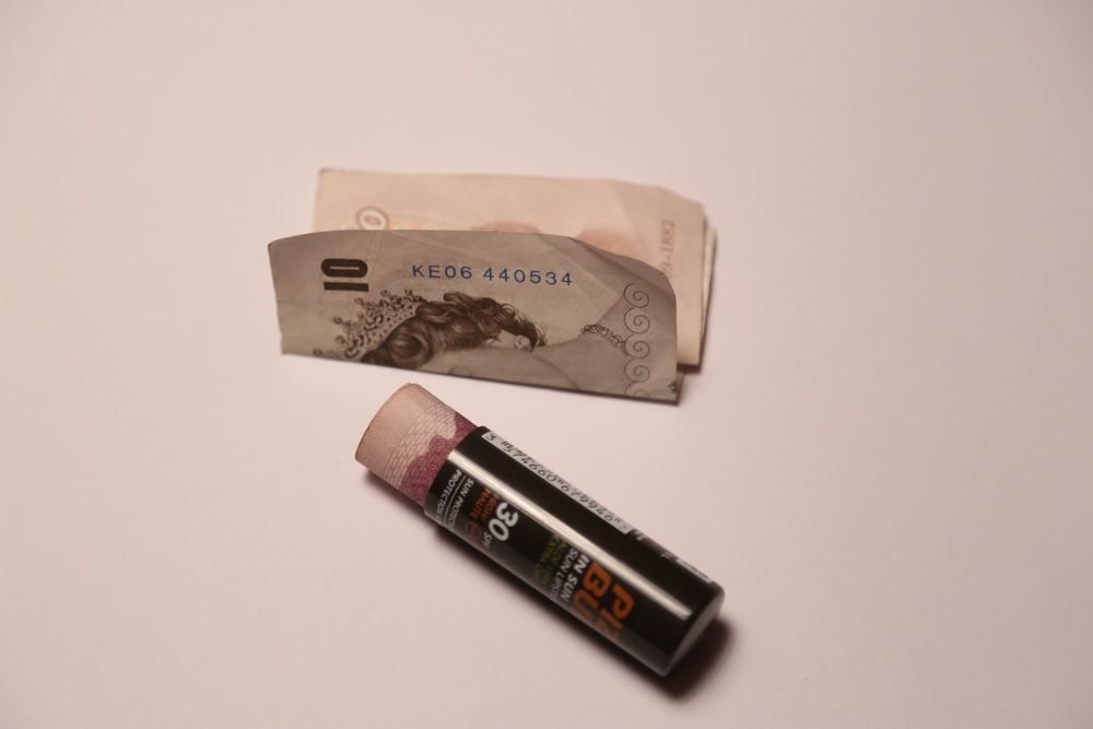 Slik pakker du noen sedler.                              Foto: Odd Roar Lange